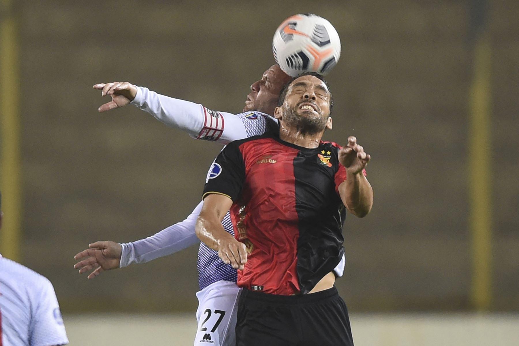 Antes de finalizar el medio tiempo, Melgar mantuvo en su campo a su rival para anotar, pero sus jugadores fallaron en la definición. Foto: AFP