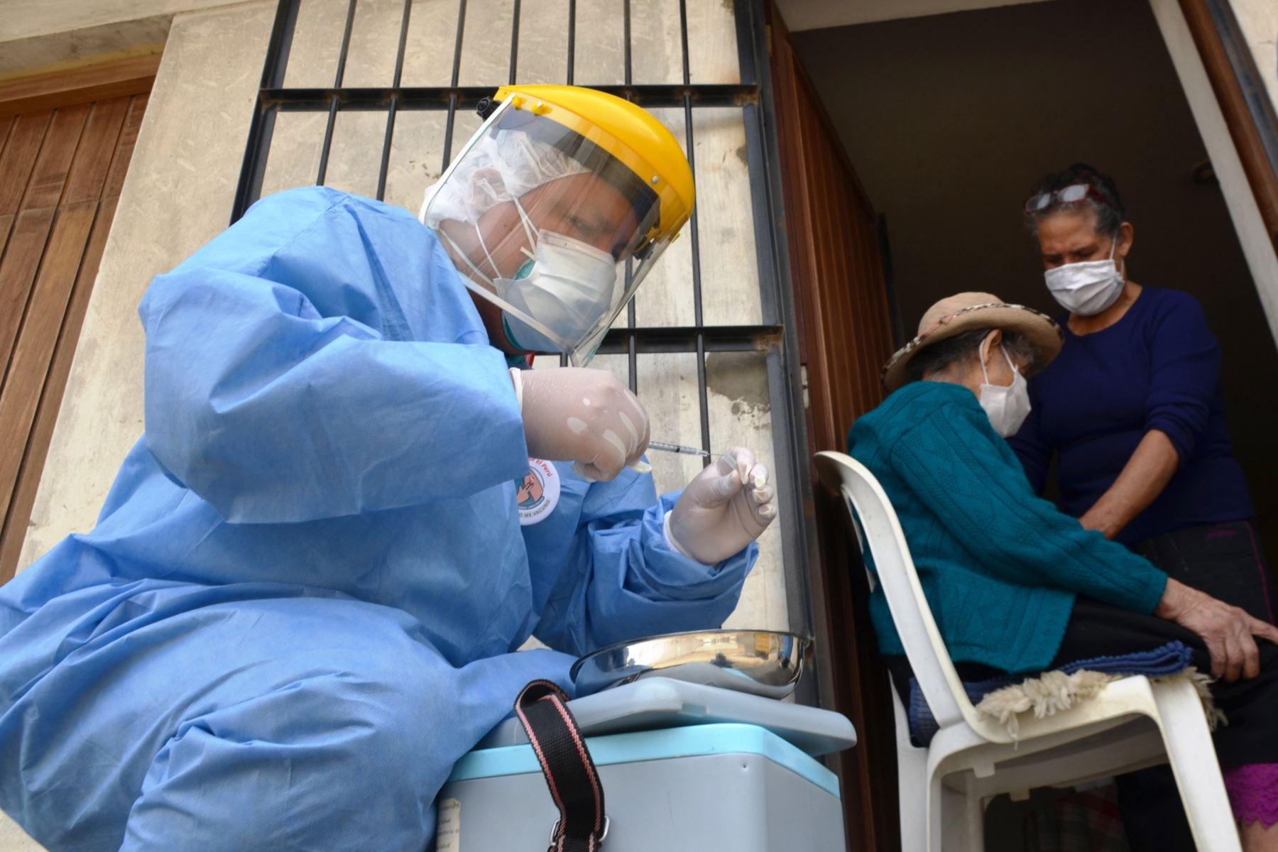 Covid-19: del 12 al 14 de octubre vacunarán casa por casa en distritos de Lima sur
