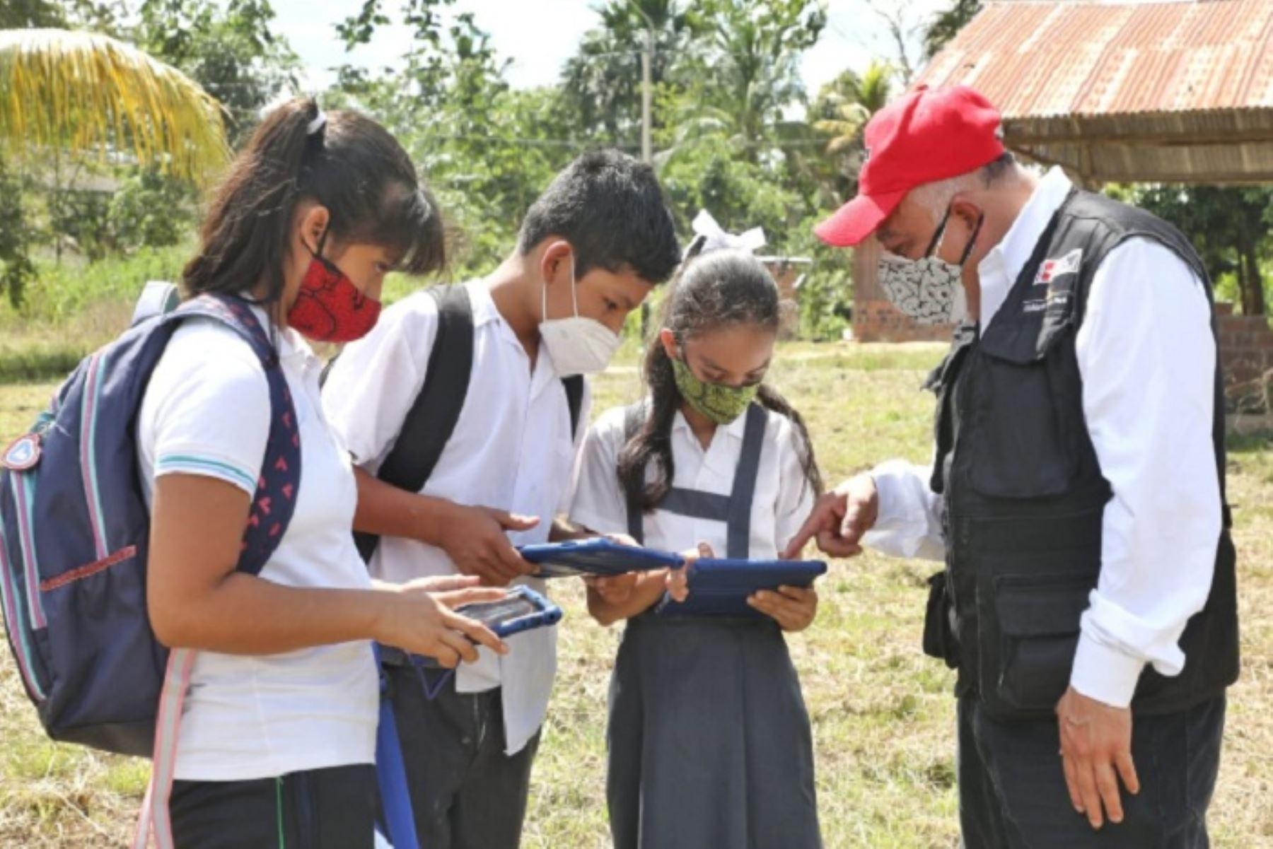 """Con """"Conecta Selva""""  tendrán internet satelital 1316 instituciones públicas (1212 instituciones educativas y 104 centros de salud) en las zonas aisladas de Loreto, Ucayali, Amazonas y Madre de Dios."""