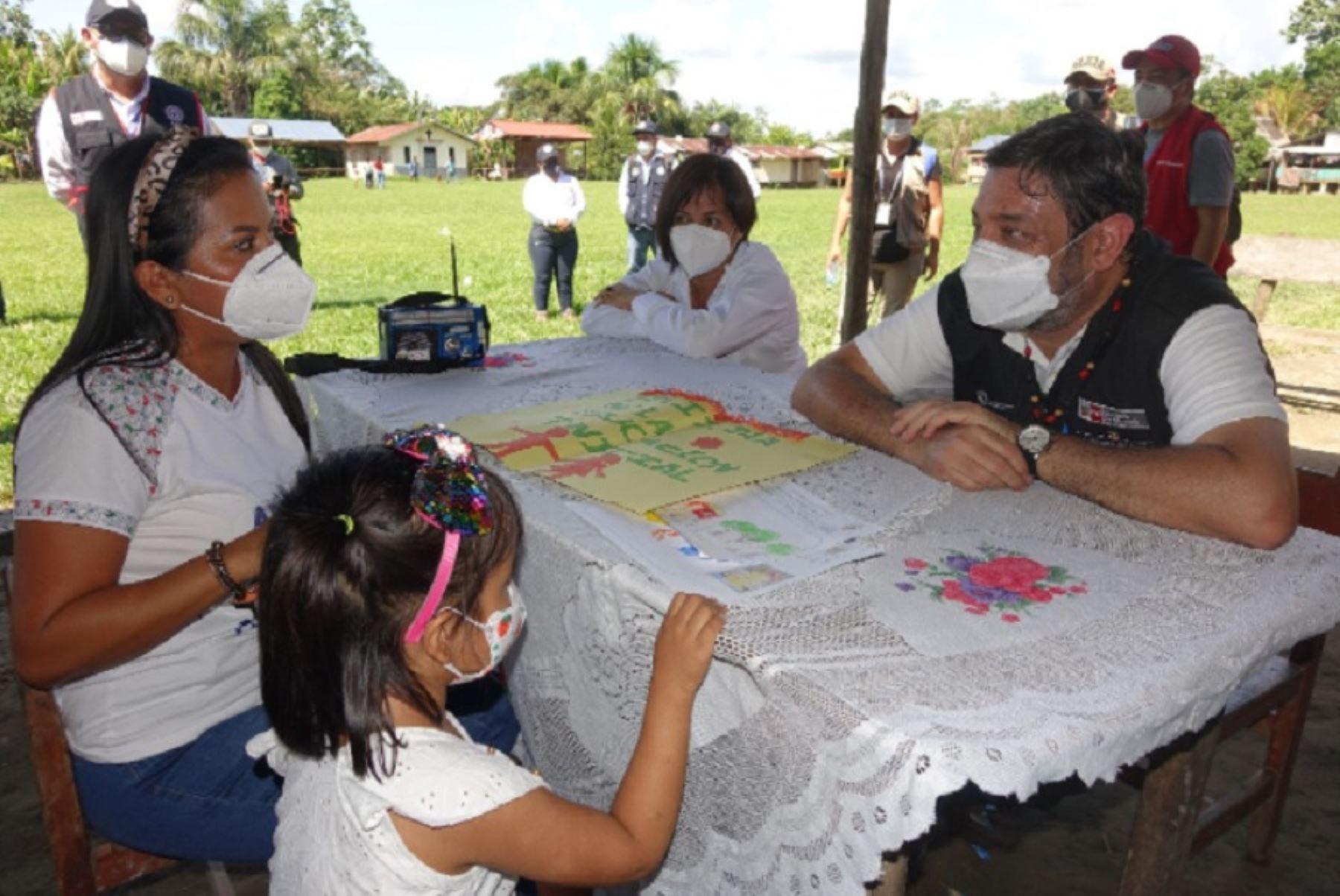 El ministro de Educación, Ricardo Cuenca, supervisó labores escolares semipresenciales en localidades rurales de la Amazonía. ANDINA/Difusión