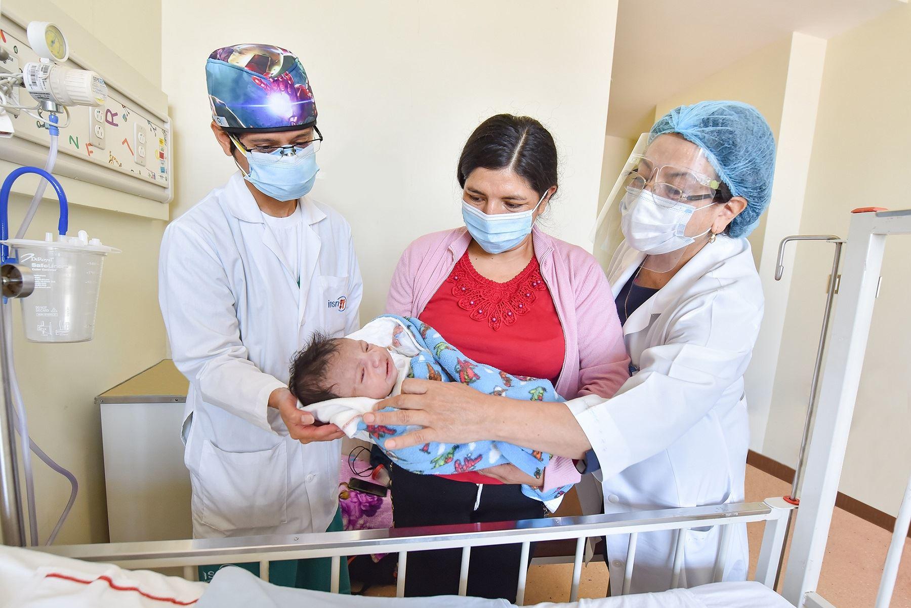 ¡Salvaron su vida! Médicos del INSN San Borja operan a bebé de 20 días de una cardiopatía . Foto: Difusión