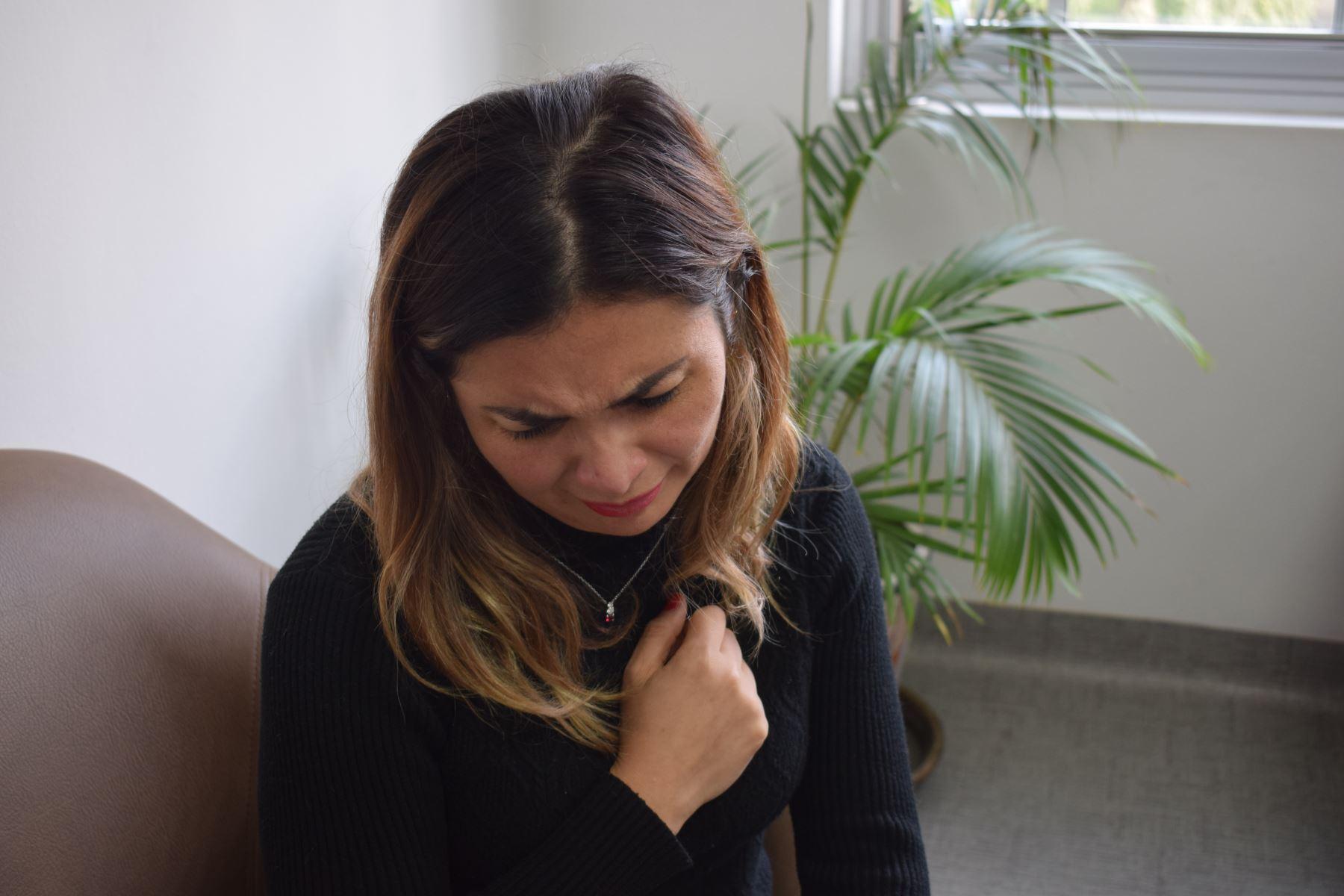 Síndrome se desarrolla por un estrés emocional severo producido por factores como la pérdida inesperada de un ser querido, vivir en confinamiento largo tiempo e incluso por un divorcio o separación. Foto: ANDINA/EsSalud.