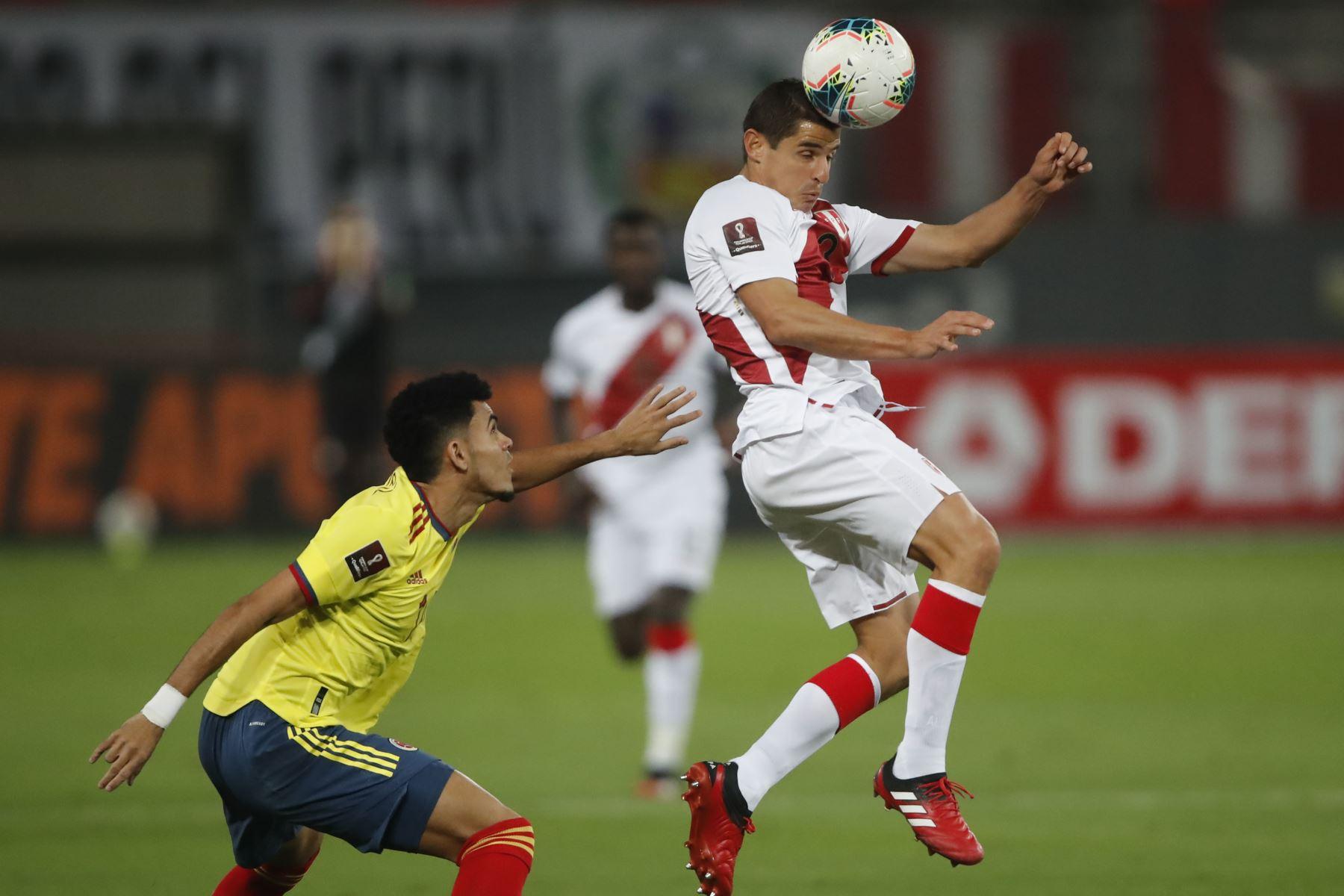 El jugador Aldo Corzo de la selección Peruana se enfrenta al jugador de la Selección de Colombia  por la jornada 7 de las Eliminatorias Qatar 2022 en el estadio Nacional de Lima, Perú.  Foto: Pool/FPF
