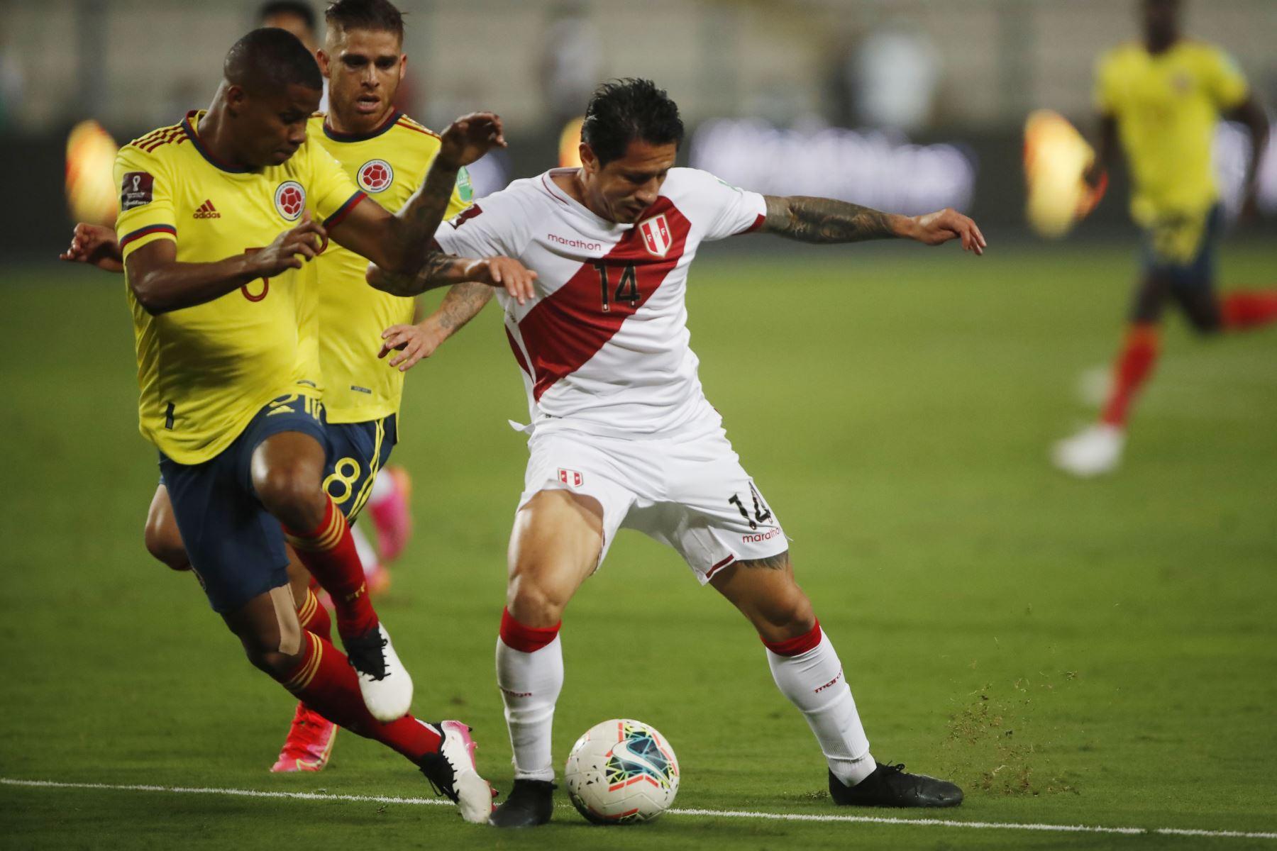 El jugador Gianluca Lapadula de la selección Peruana se enfrenta al jugador de la Selección de Colombia  por la jornada 7 de las Eliminatorias Qatar 2022 en el estadio Nacional de Lima, Perú.  Foto: Pool/FPF