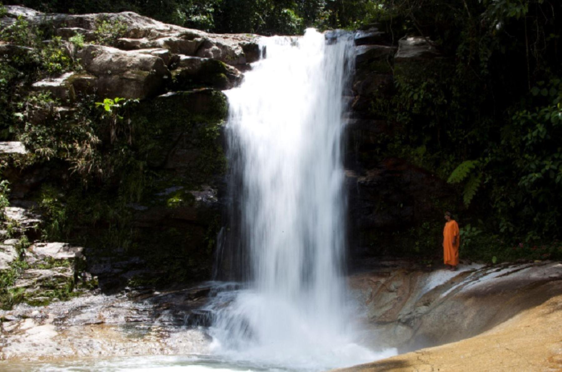 """Catarata Imperitaja, localizada en el distrito de Pangoa, en la provincia de Satipo. El nombre de esta caída de agua se traduce como """"Tina de Piedra"""" y presenta una altura de 16 metros. Las aguas de la catarata, se precipitan hacia una poza natural de cinco metros de profundidad. Foto: Promperú"""