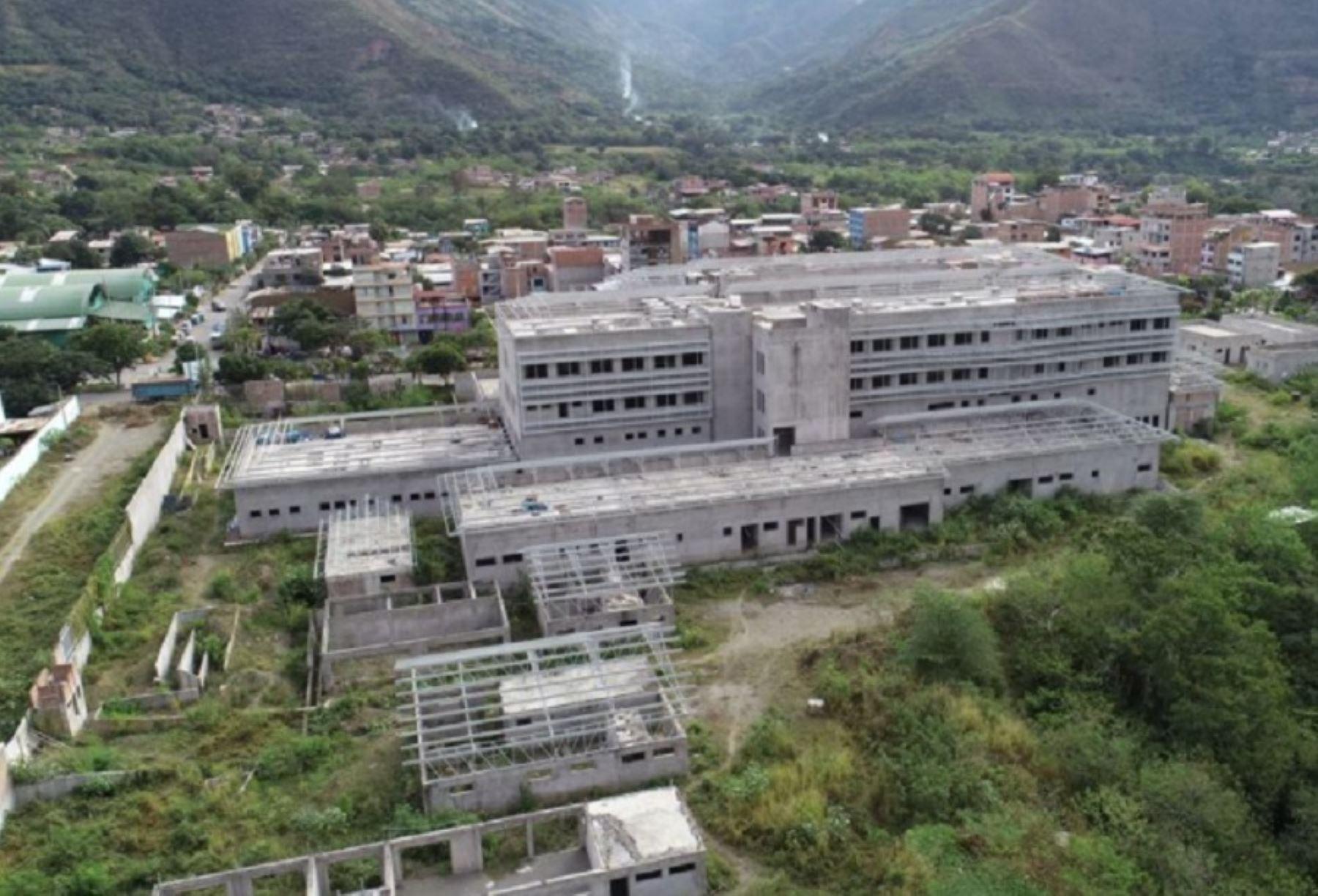 El proyecto del Hospital Bicentenario de Ayacucho registra un avance del 46% en el desarrollo del estudio de pre inversión. El futuro Hospital Bicentenario (II-1) se construirá en un área de más de 15,000 metros cuadrados y contará con 25 unidades prestadoras de servicio de salud, donde destacan los servicios de oncología, psiquiatría, y áreas especializadas como el servicio materno-infantil, entre otros.