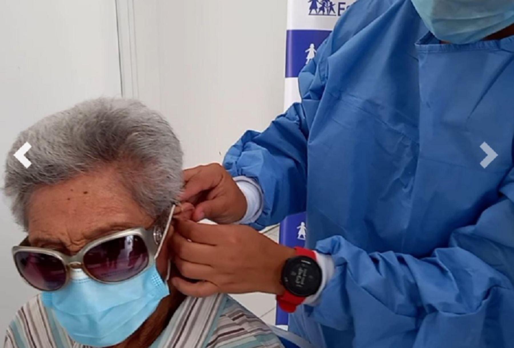 Diez adultos mayores, entre las edades de 64 a 92 años, vencieron al covid-19 y también recuperaron el sentido de la audición tras recibir audífonos medicados, informó el director de la Red Asistencial Moquegua de EsSalud, Dr. Daniel Sánchez Alarcón.