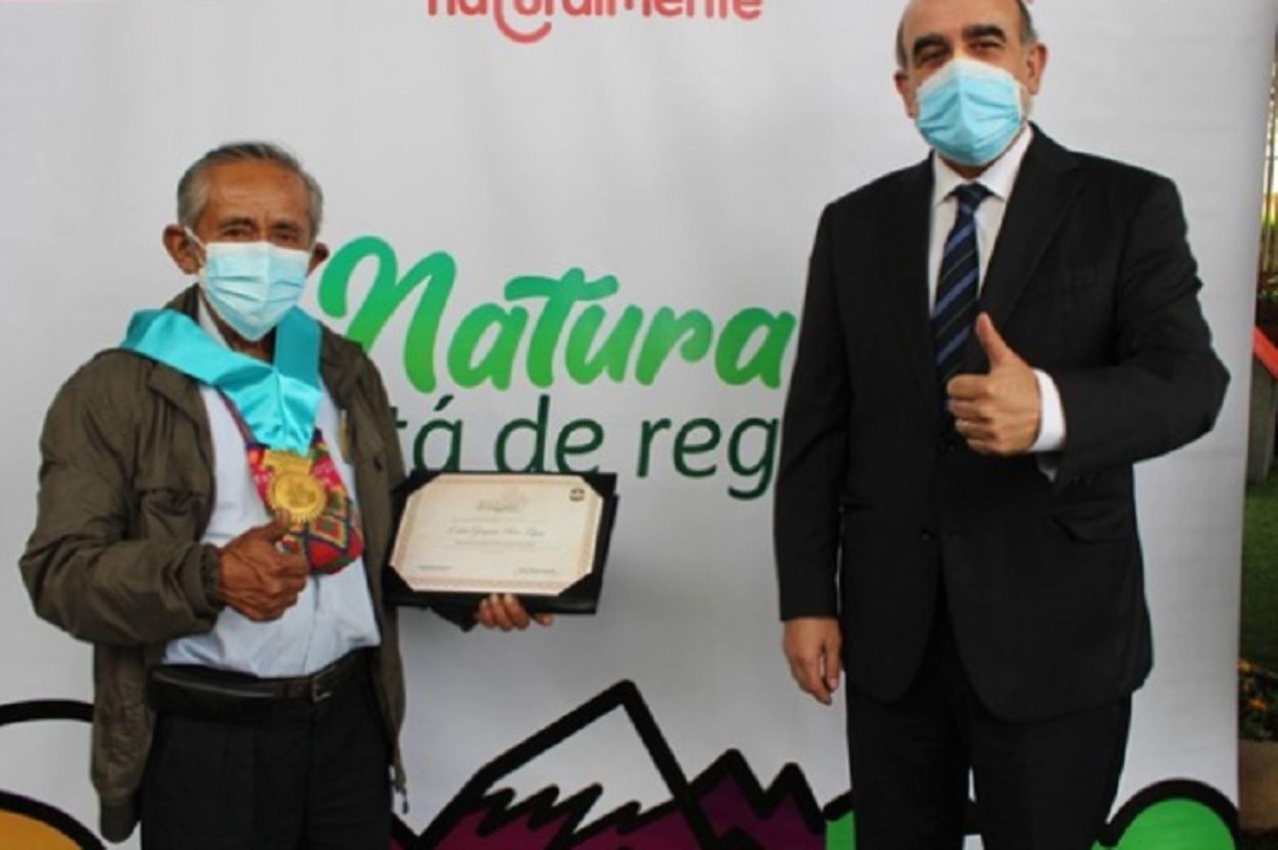 """El Ministerio del Ambiente (Minam) condecoró al agricultor huarochirano Gregorio Ríos con la """"Orden del Árbol de la Quina"""", en su grado de Gestor de la Conservación, por su contribución a la conservación y uso sostenible de los recursos hídricos en el país."""