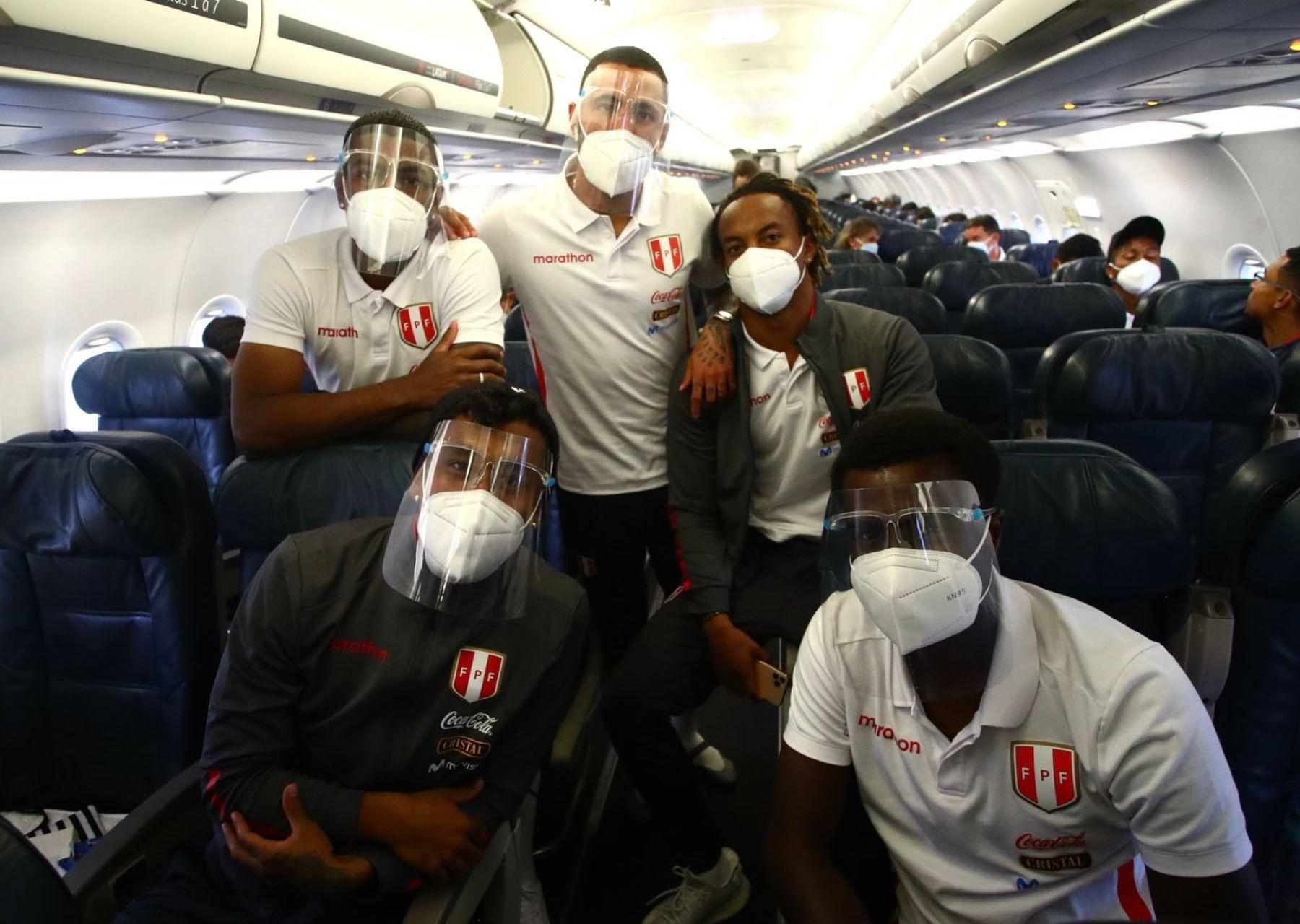 La selección peruana ya está en el avión que lo lleva a Quito para jugar mañana ante Ecuador