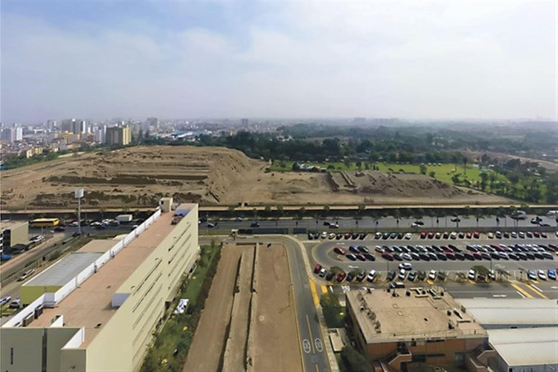Huacas en el campus de la Universidad Católica del Perú.
