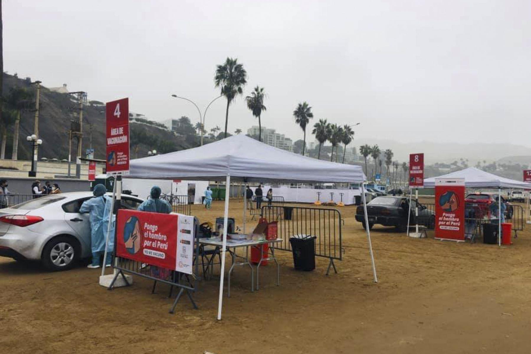 Más de 2 mil personas mayores de 60 años, residentes en Lima Sur, accederán a diario desde hoy al nuevo Centro de Vacunación Vehicular instalado en las playas 1 y 2 de Agua Dulce en Chorrillos, informó el Dr. Norberto Yamunaqué, Director Ejecutivo de la Dirección de Redes Integradas de Salud (Diris) Lima Sur. Foto: Diris Lima Sur