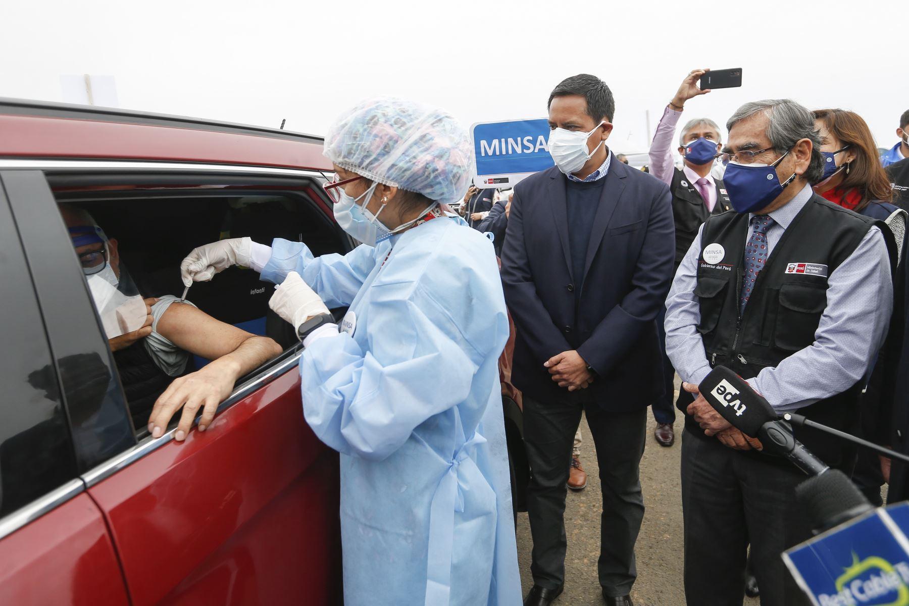 Ministro de Salud Óscar Ugarte supervisa la vacunación contra la covid-19 en el vacunacar del distrito de Magdalena del Mar. Foto: Minsa