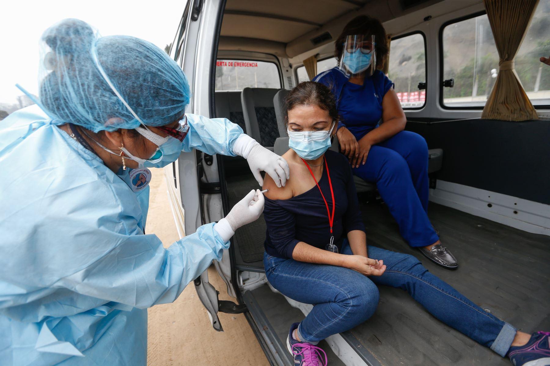 Ministro de Salud Óscar Ugarte supervisa la vacunación contra la covid-19 en el vacunacar de la playa Aguadulce en Chorrillos. Foto: Minsa