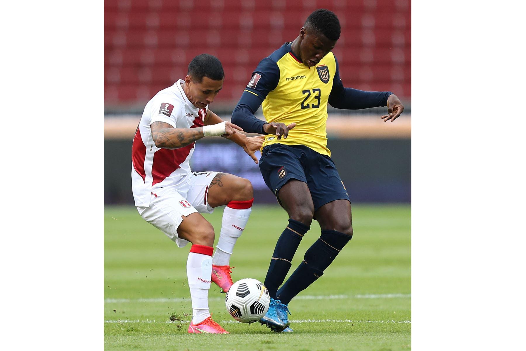 El peruano Yoshimar Yotun  y el ecuatoriano Jordy Caicedo compiten por el balón durante su partido clasificatorio sudamericano para la Copa Mundial de la FIFA Qatar 2022 en el Estadio Rodrigo Paz Delgado en Quito. Foto: AFP