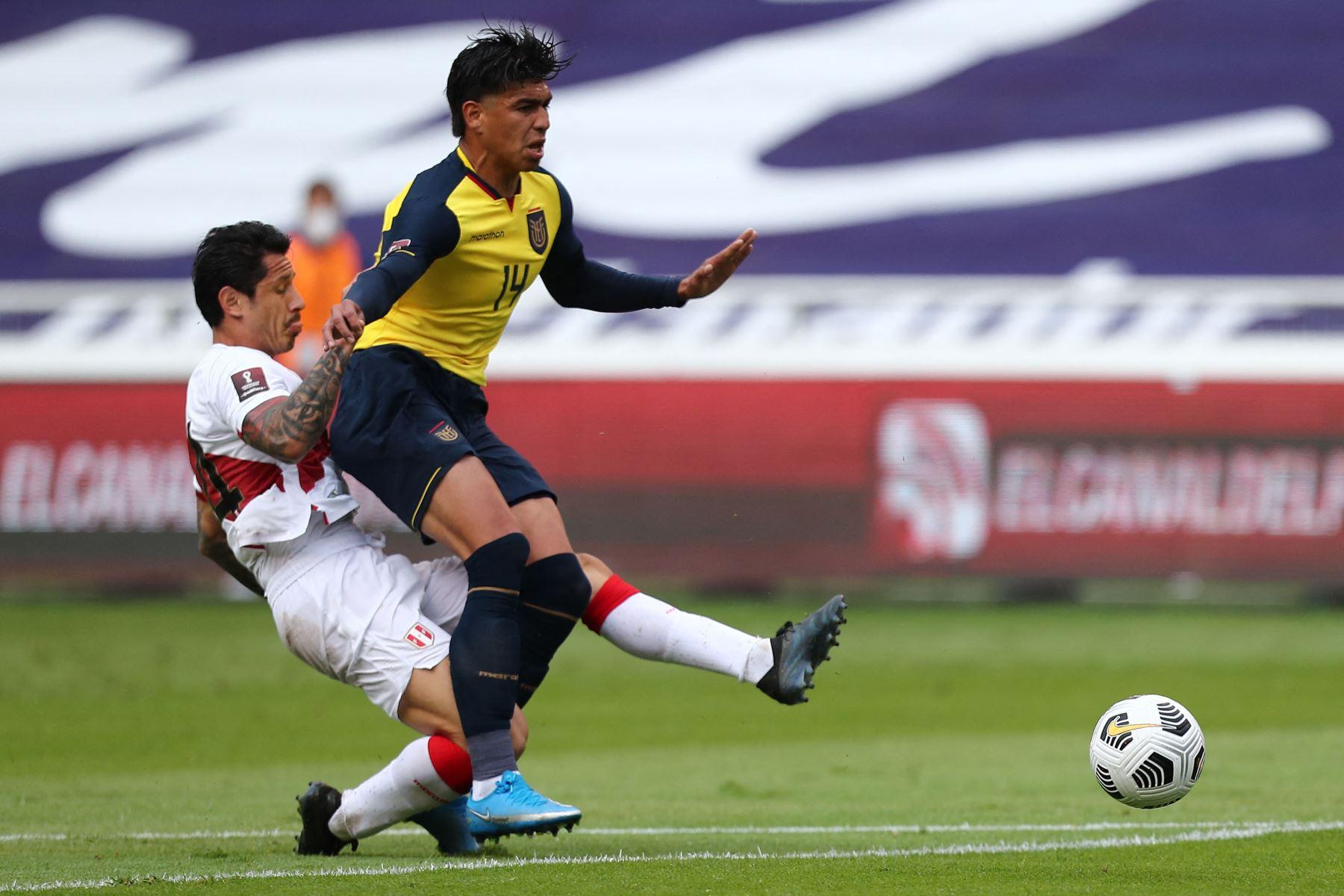 El ecuatoriano Xavier Arreaga y el peruano Gianluca Lapadula compiten por el balón durante el partido de clasificación sudamericano para la Copa Mundial de la FIFA Qatar 2022 en el Estadio Rodrigo Paz Delgado en Quito. Foto: AFP