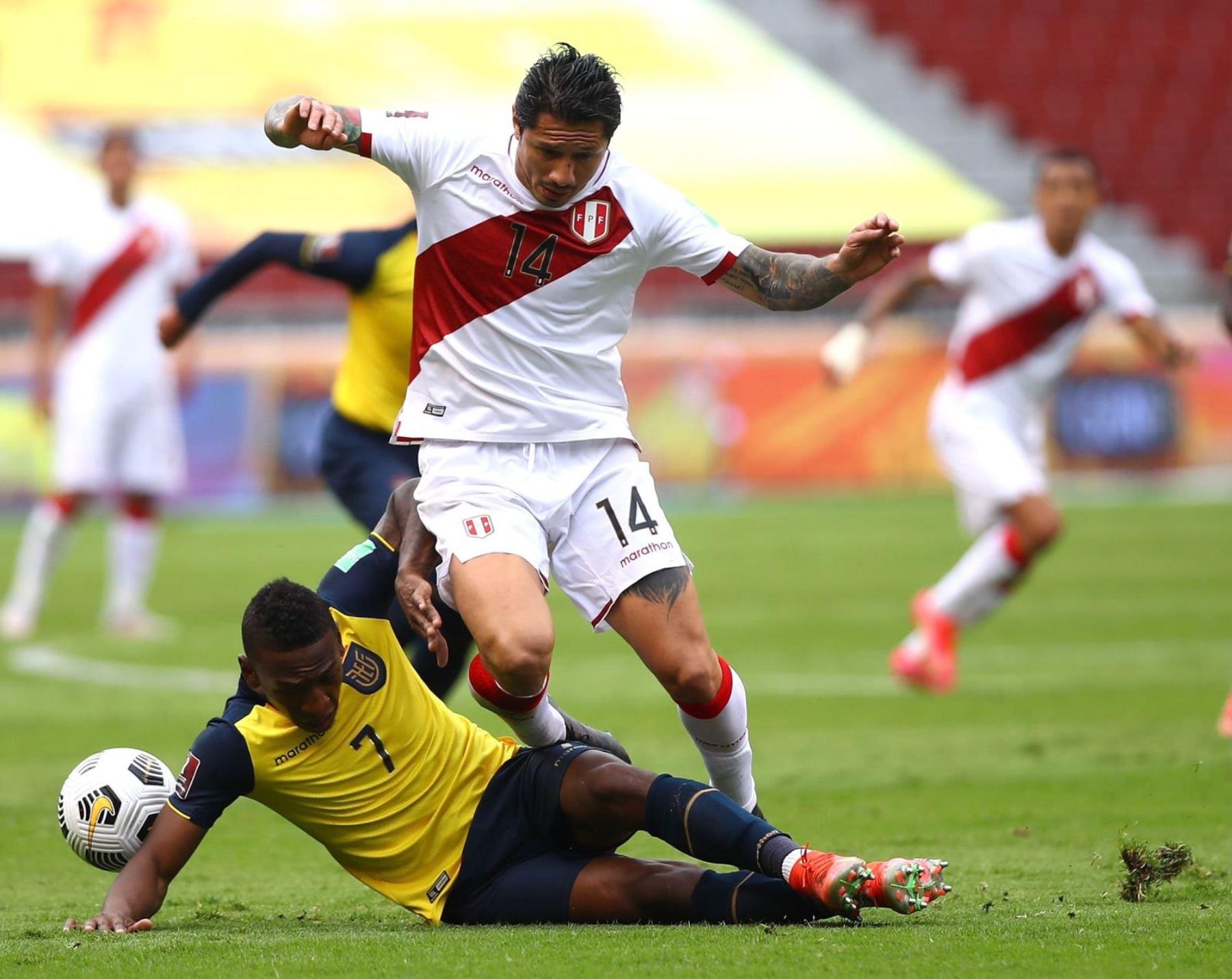 Gianluca Lapadula lucha el balón con rival ecuatoriano en el partido que juegan Perú y Ecuador por la octava fecha de las eliminatorias al Mundial Catar 2022