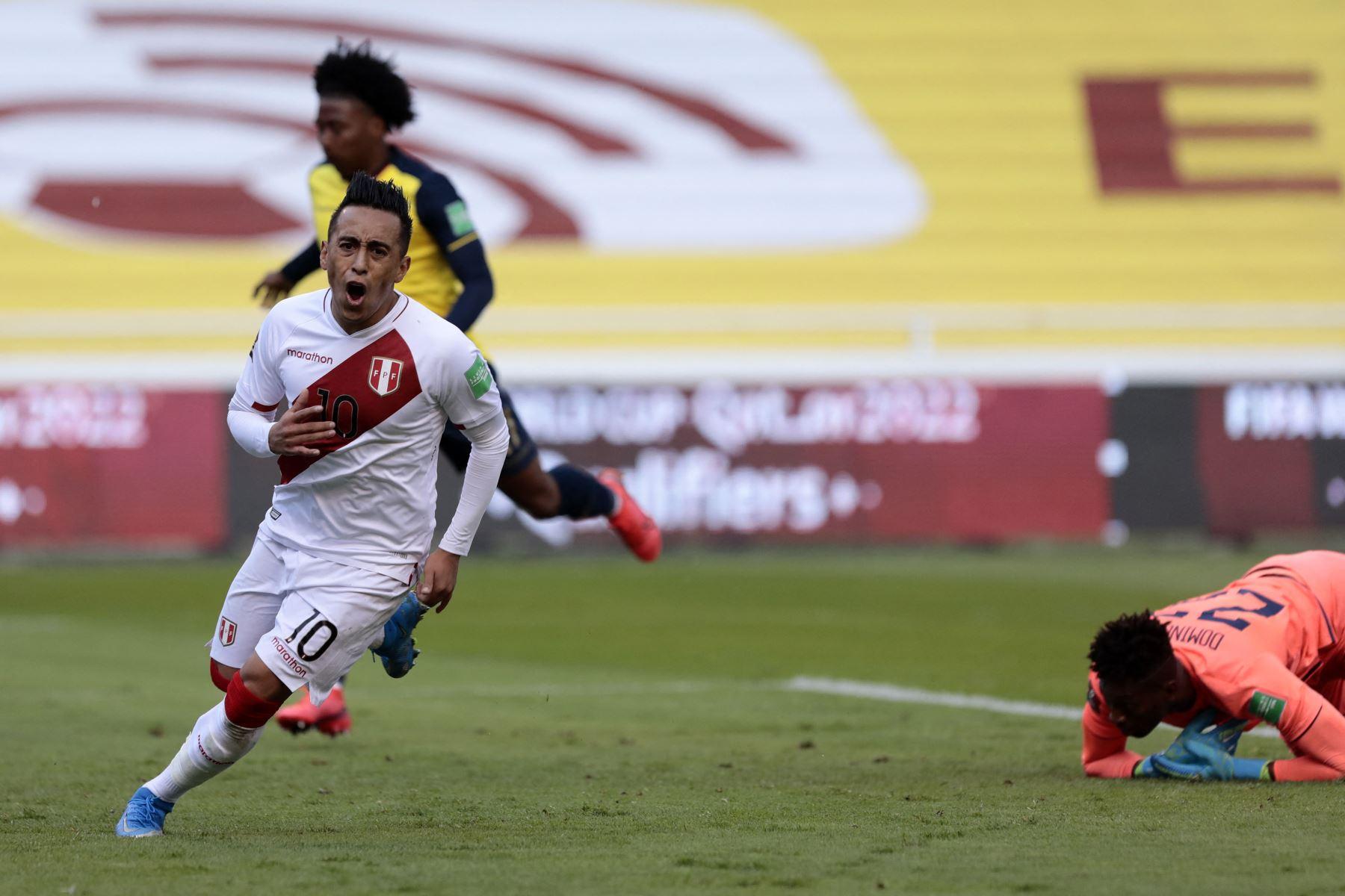 Christian Cueva de Perú celebra tras anotar contra Ecuador durante su partido de fútbol de clasificación sudamericano para la Copa Mundial de la FIFA Qatar 2022 en el Estadio Rodrigo Paz Delgado en Quito. Foto: AFP