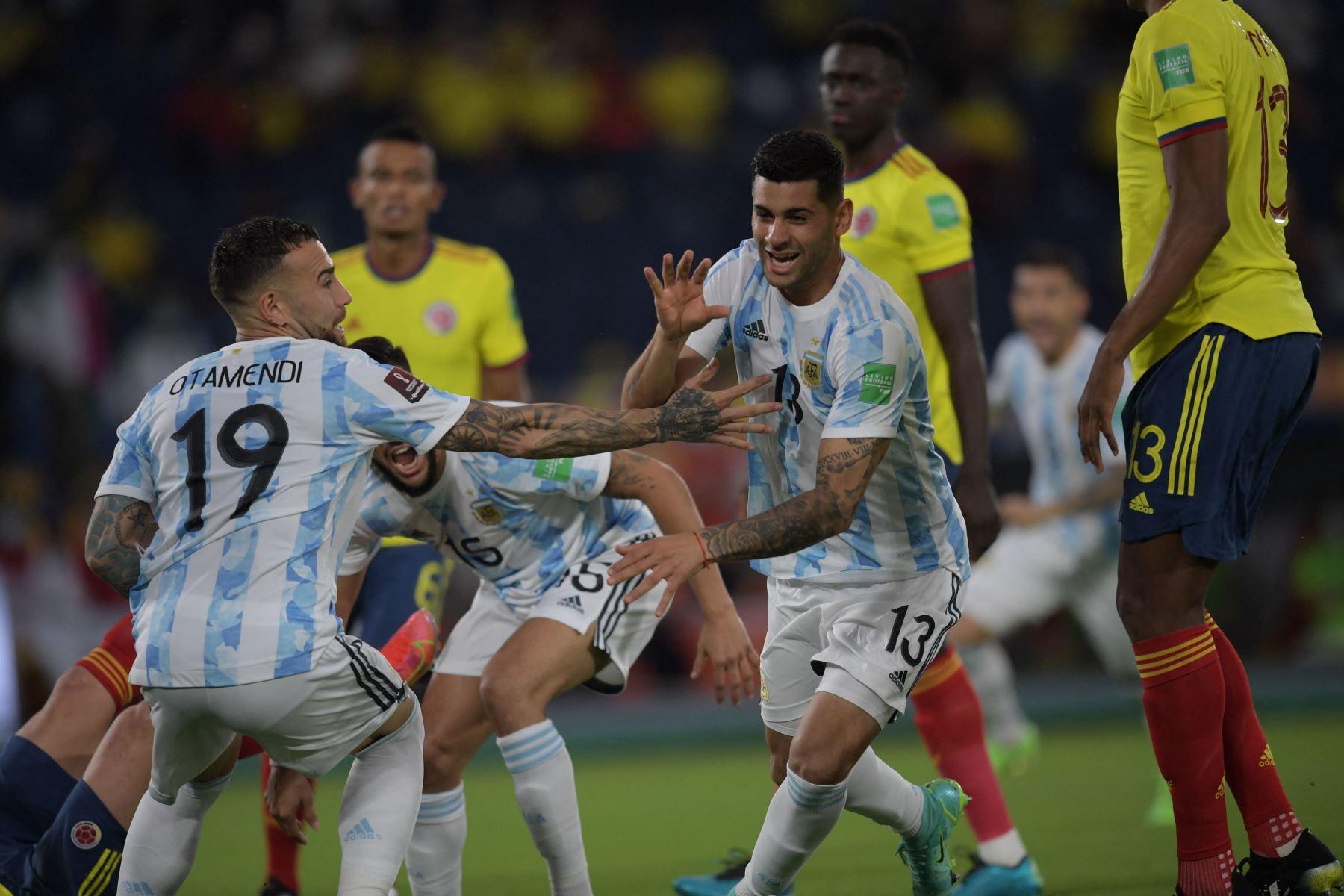 El argentino Cristian Romero celebra tras anotar contra Colombia durante su partido de fútbol de clasificación sudamericano para la Copa Mundial de la FIFA Qatar 2022 en el Estadio Metropolitano Roberto Meléndez en Barranquilla, Colombia. Foto: AFP