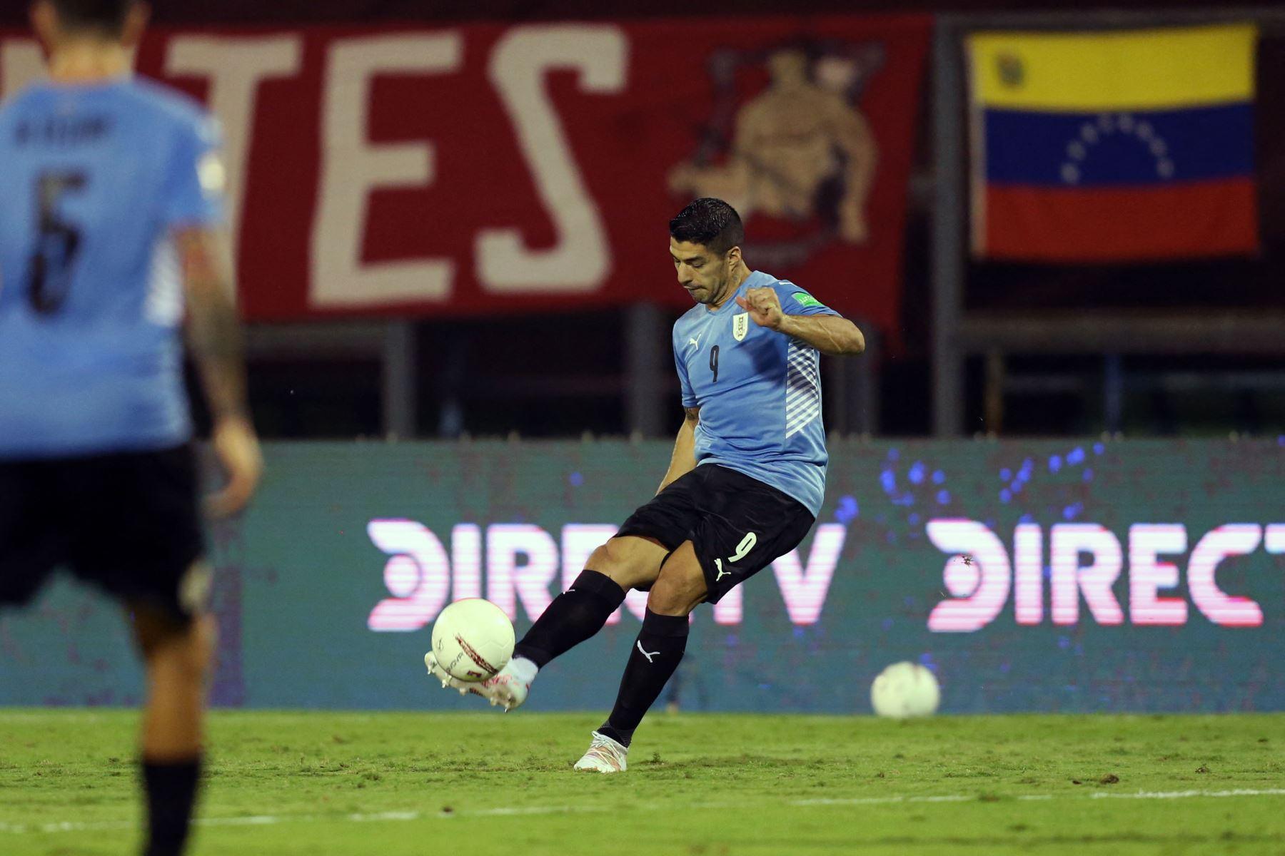 Luis Suárez de Uruguay dispara durante el partido de fútbol de clasificación sudamericano para la Copa Mundial de la FIFA Qatar 2022 contra Venezuela en el Estadio Olímpico UCV en Caracas. Foto: AFP