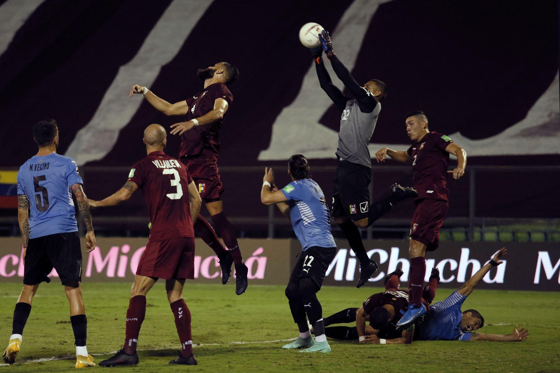 El arquero venezolano Joel Graterol  salta para agarrar un balón durante el partido de fútbol de clasificación sudamericano para la Copa Mundial de la FIFA Qatar 2022 contra Uruguay en el Estadio Olímpico UCV en Caracas. Foto: AFP