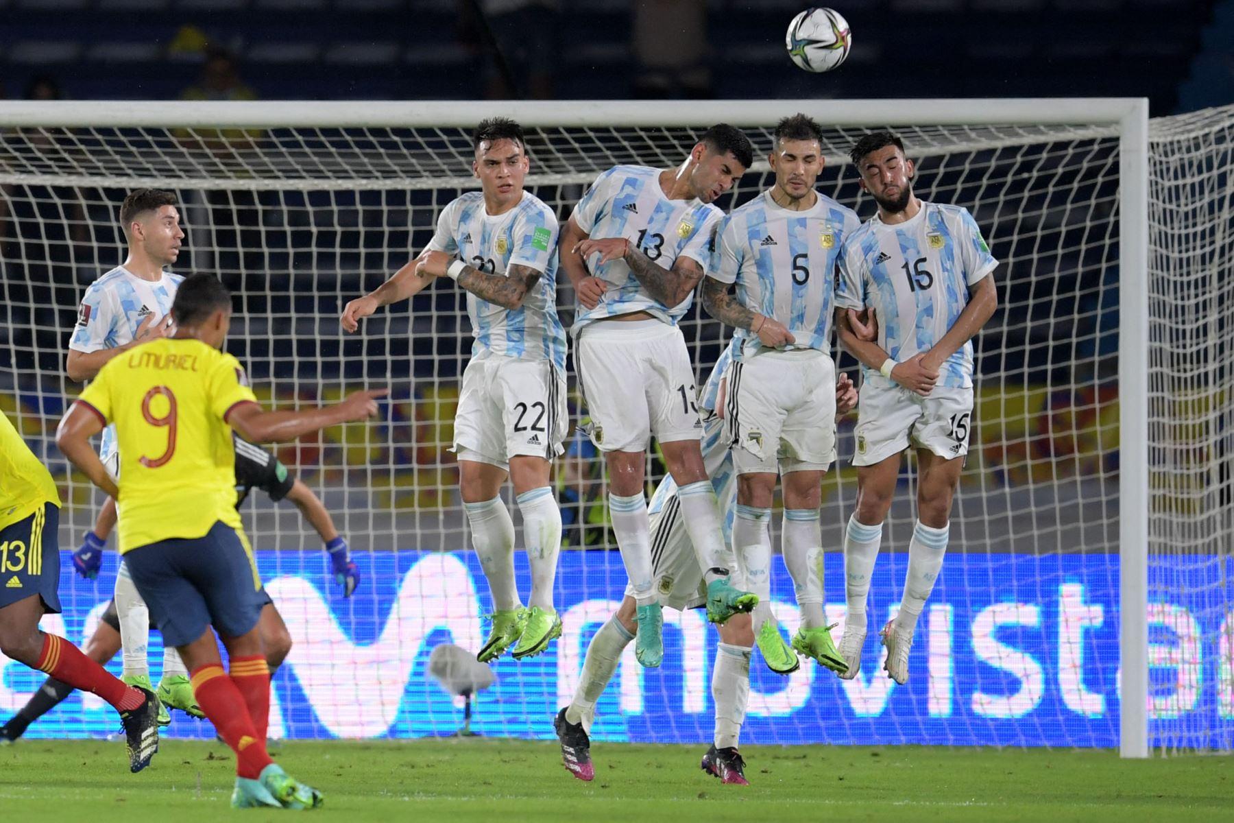 Luis Muriel de Colombia dispara un tiro libre durante el partido de fútbol de clasificación sudamericano para la Copa Mundial de la FIFA Qatar 2022 entre Colombia y Argentina en el Estadio Metropolitano Roberto Meléndez en Barranquilla, Colombia.