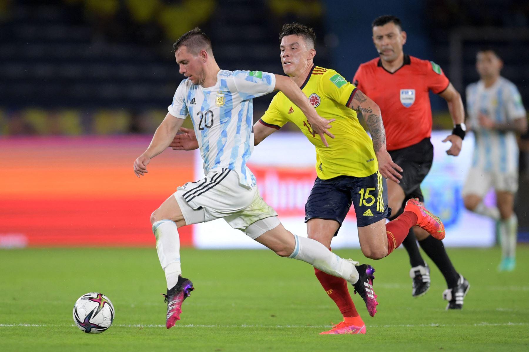 El argentino Giovani Lo Celso y el colombiano Mateus Uribe compiten por el balón durante su partido clasificatorio sudamericano para la Copa Mundial de la FIFA Qatar 2022 en el Estadio Metropolitano Roberto Meléndez en Barranquilla, Colombia. Foto: AFP
