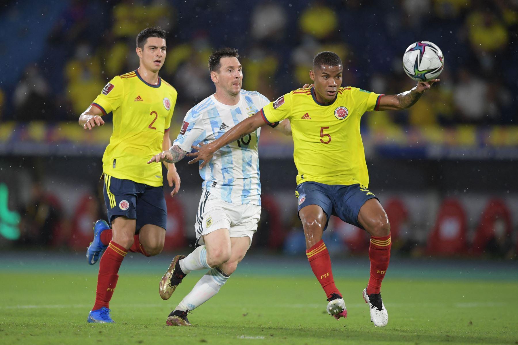 El argentino Lionel Messi y el colombiano Wilmar Barrios (R) compiten por el balón durante su partido clasificatorio sudamericano para la Copa Mundial de la FIFA Qatar 2022 en el Estadio Metropolitano Roberto Meléndez en Barranquilla, Colombia. Foto: AFP