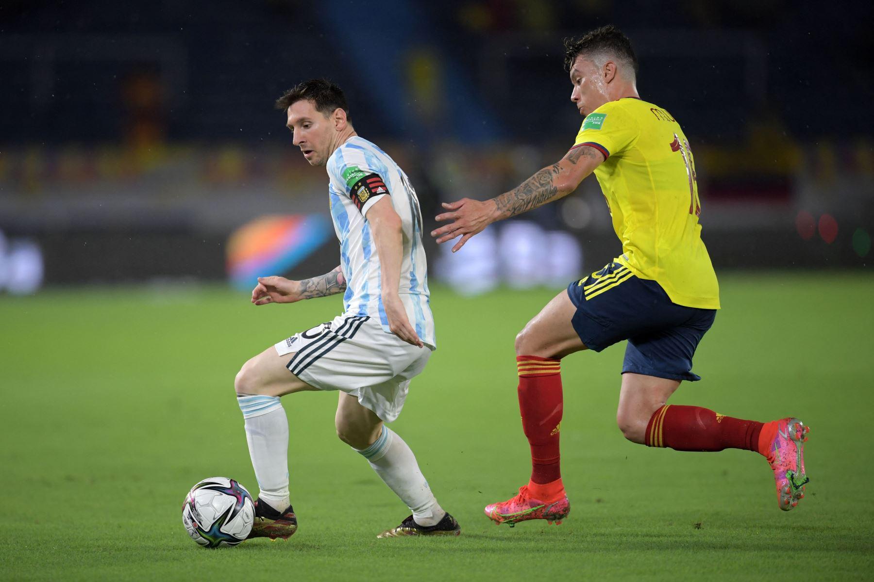 El argentino Lionel Messi y el colombiano Mateus Uribe compiten por el balón durante su partido clasificatorio sudamericano para la Copa Mundial de la FIFA Qatar 2022 en el Estadio Metropolitano Roberto Meléndez en Barranquilla, Colombia. Foto: AFP