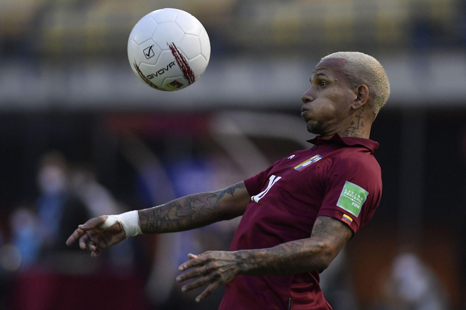 El venezolano Rómulo Otero controla el balón durante el partido clasificatorio sudamericano para la Copa Mundial de la FIFA Qatar 2022 contra Uruguay en el Estadio Olímpico UCV en Caracas. Foto: AFP