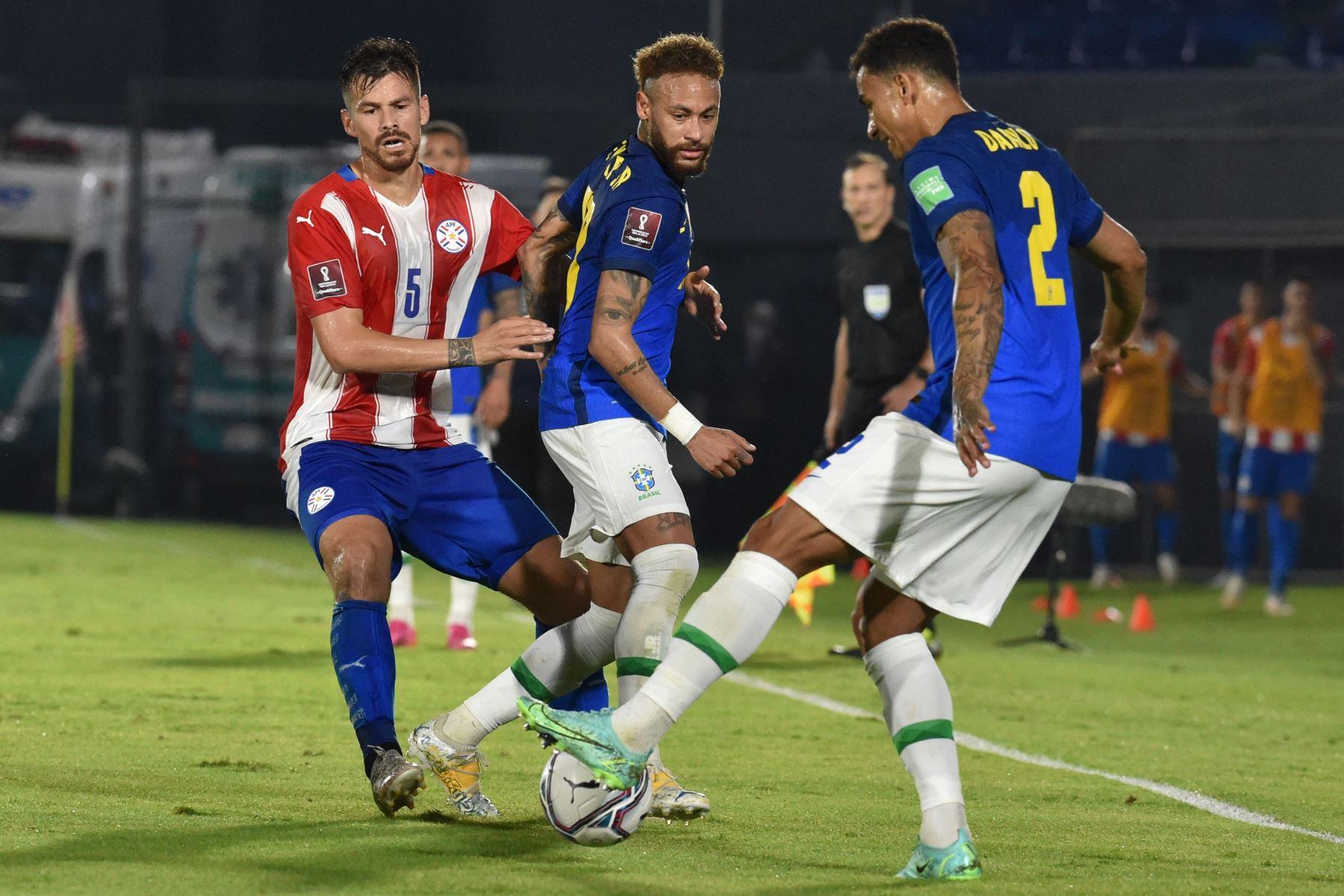 Los brasileños Neymar  y Danilo compiten por el balón con Gastón Giménez de Paraguay compiten por el balón durante su partido de clasificación sudamericano para la Copa Mundial de la FIFA Qatar 2022 en el Estadio Defensores del Chaco en Asunción. Foto: AFP