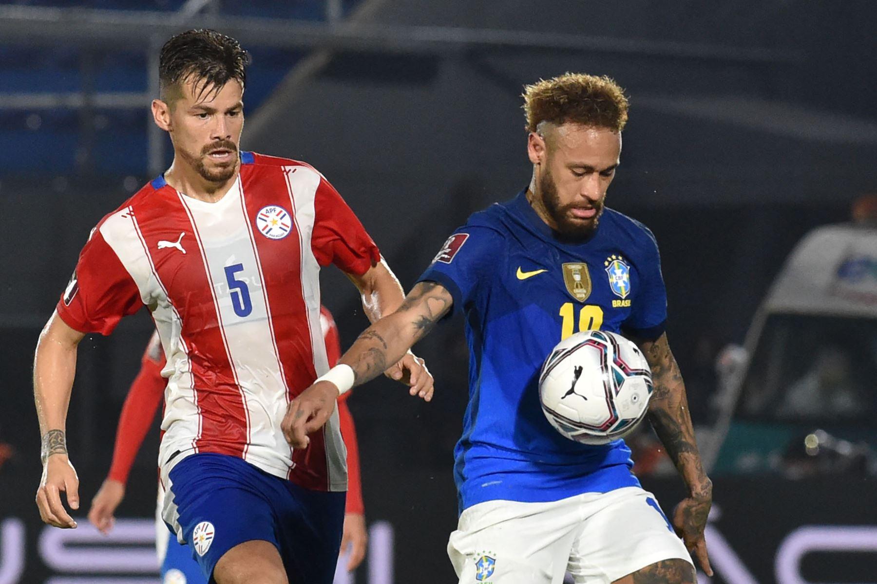 El brasileño Neymar y el paraguayo Gastón Giménez compiten por el balón durante el partido de clasificación sudamericano para la Copa Mundial de la FIFA Qatar 2022 en el Estadio Defensores del Chaco en Asunción. Foto: AFP
