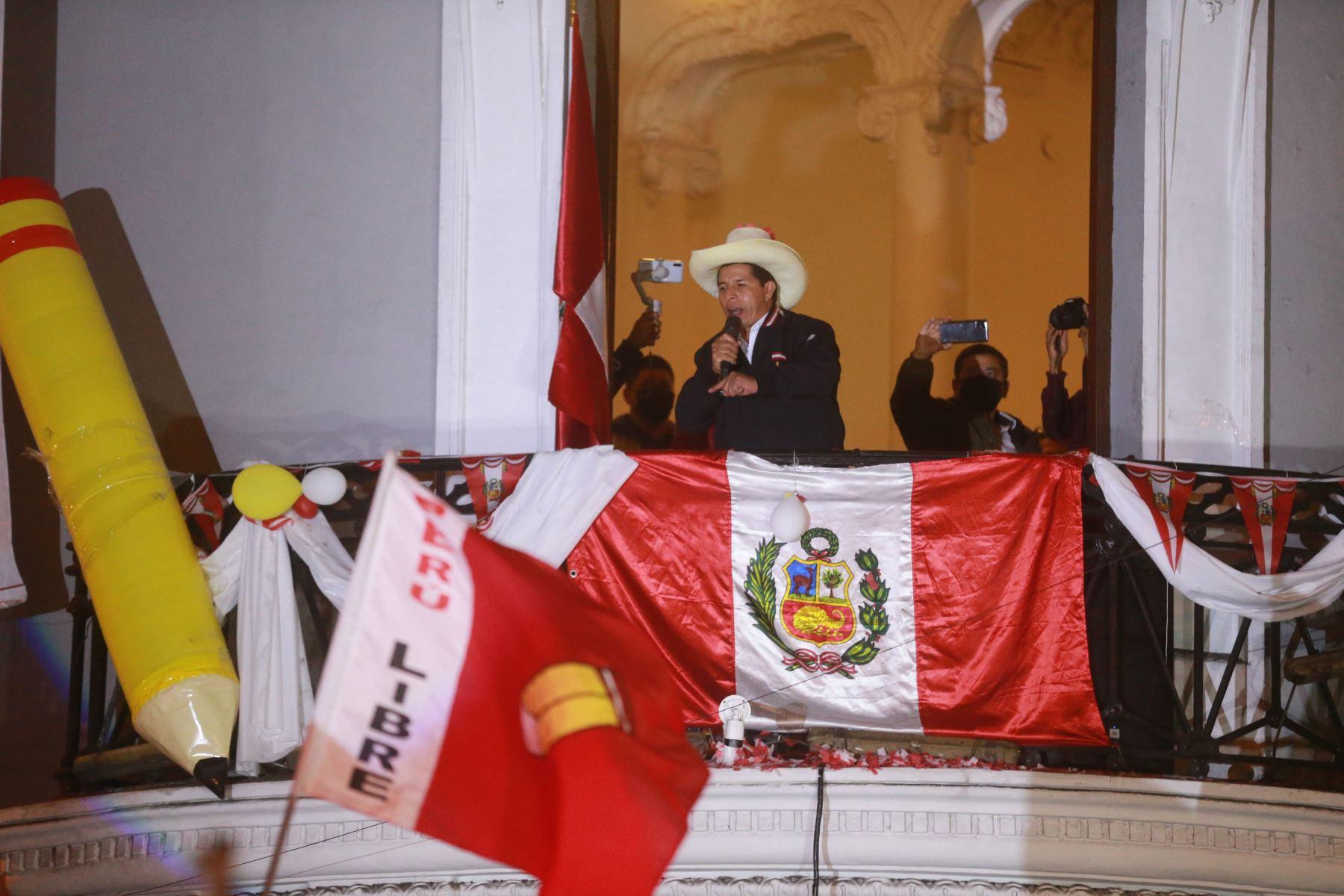 El candidato de Perú Libre, Pedro Castillo se dirige a sus partidarios en su local central, en Lima. Foto: Jhony Laurente