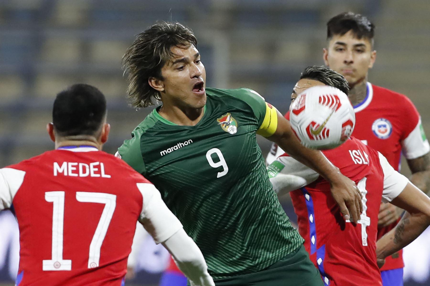 El boliviano Marcelo Martins mira el balón durante el partido clasificatorio sudamericano para la Copa Mundial de la FIFA Qatar 2022 entre Chile y Bolivia en el Estadio Nacional de Santiago. Foto: AFP