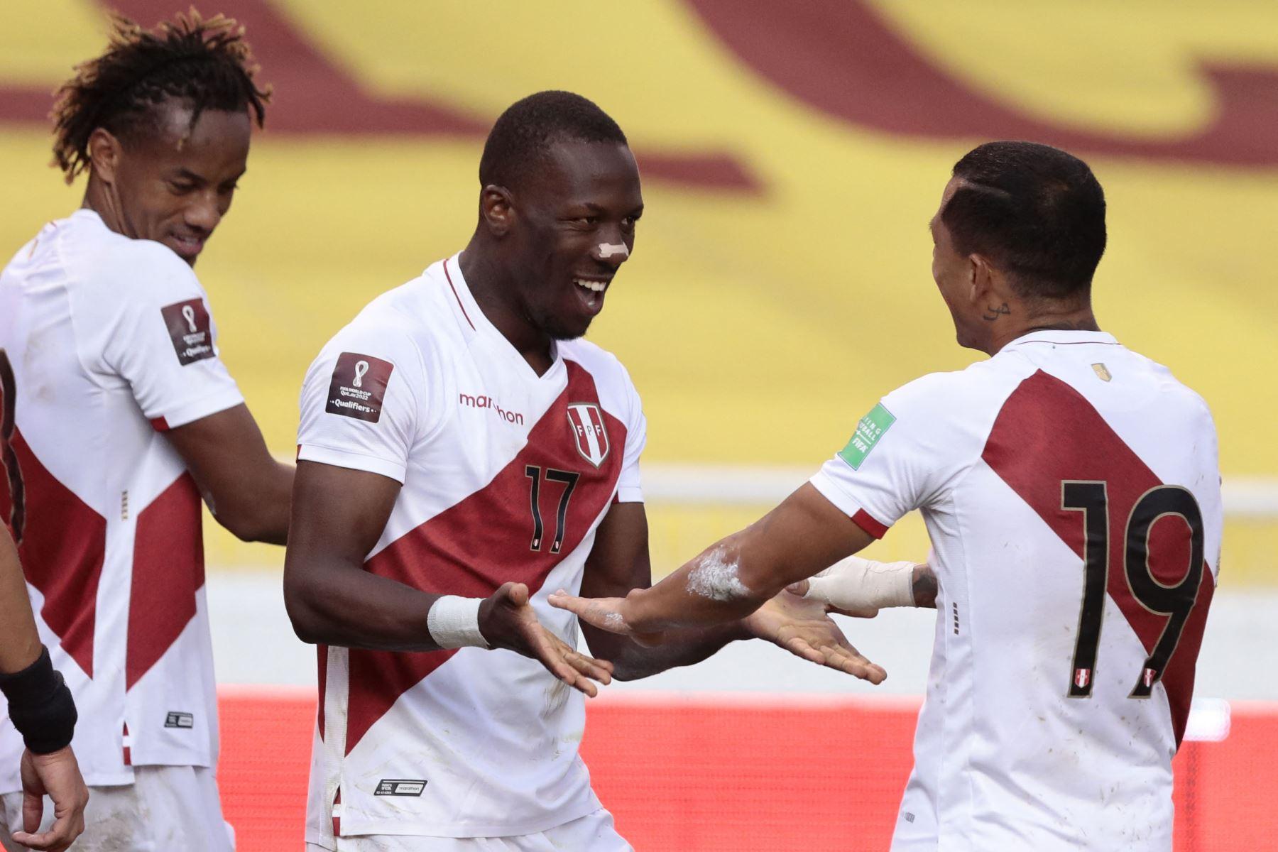 El peruano Luis Advincula celebra con el peruano Yoshimar Yotun después de anotar contra Ecuador durante su partido de fútbol de clasificación sudamericano para la Copa Mundial de la FIFA Qatar 2022 en el Estadio Rodrigo Paz Delgado en Quito. Foto: AFP