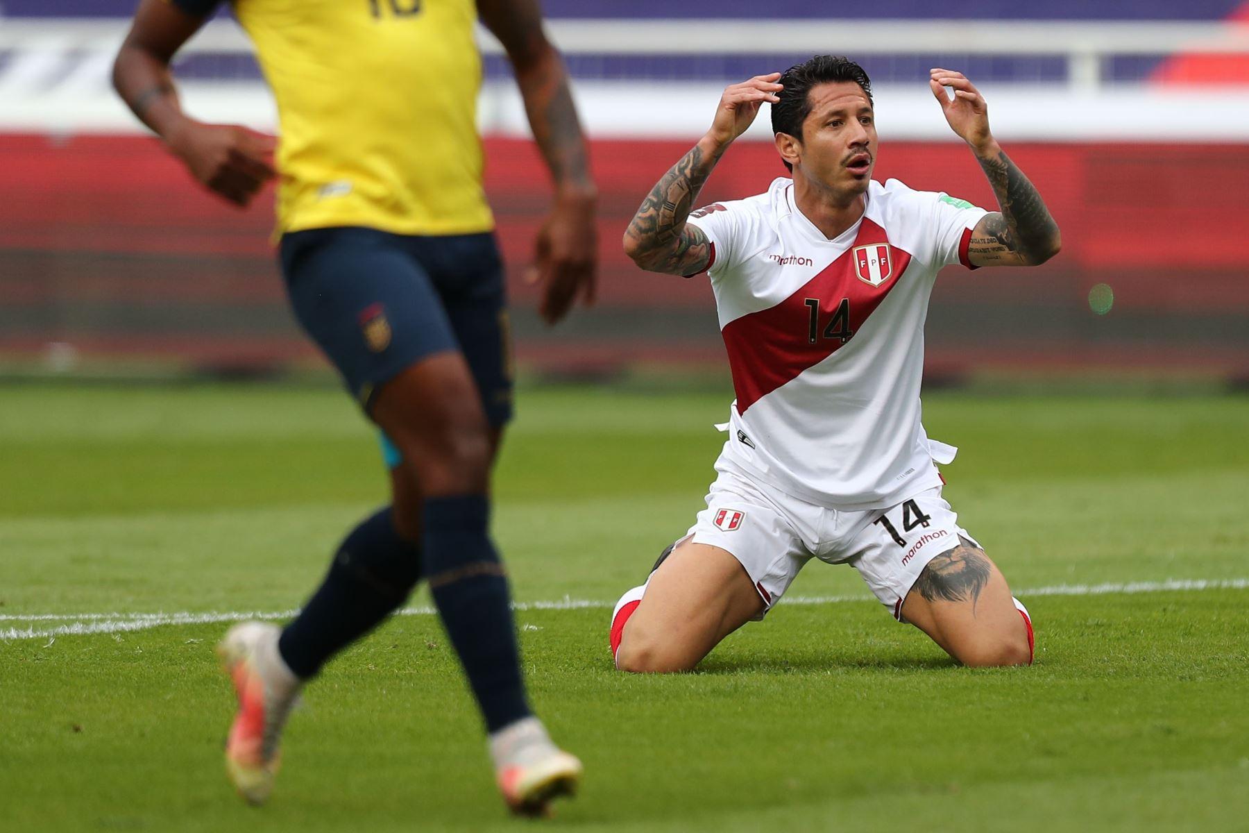 El jugador Gianluca Lapadula de Perú lamenta hoy una jugada contra Ecuador, durante un partido por las eliminatorias sudamericanas al Mundial de Catar 2022, en el estadio Rodrigo Paz Delgado en Quito. Foto: EFE