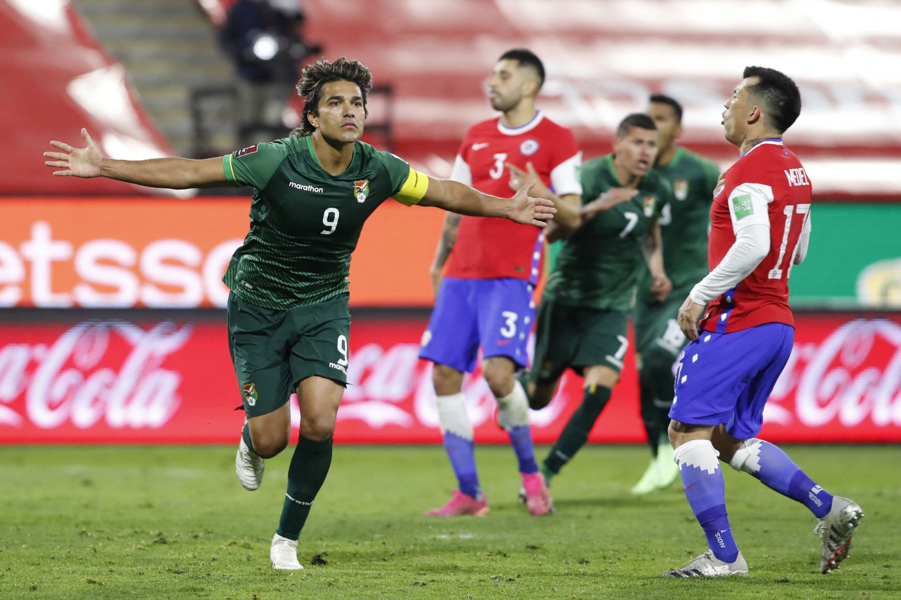 Bolivia, luego de su victoria frente a Venezuela, logra un valioso empate en Santiago, al empatar con Chile por 1 a 1. Foto: AFP