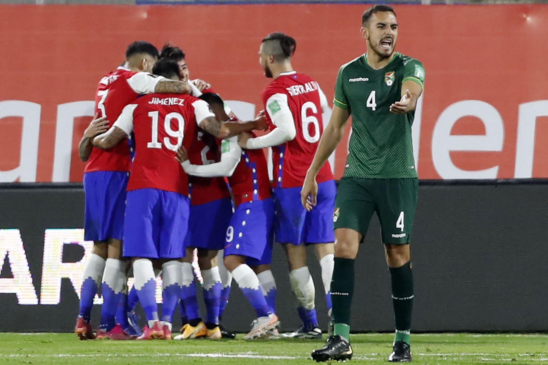 Los jugadores de Chile celebran después de anotar contra Bolivia durante su partido de fútbol de clasificación sudamericano para la Copa Mundial de la FIFA Qatar 2022 en el Estadio Nacional de Santiago . Foto: AFP