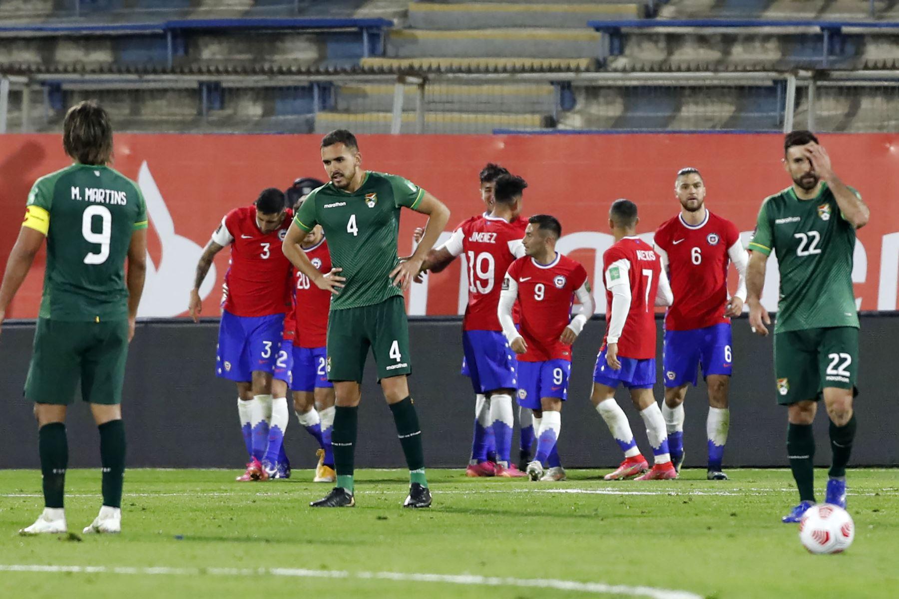 Los jugadores de Chile celebran después de anotar contra Bolivia durante su partido de fútbol de clasificación sudamericano para la Copa Mundial de la FIFA Qatar 2022 en el Estadio Nacional de Santiago. Foto: AFP