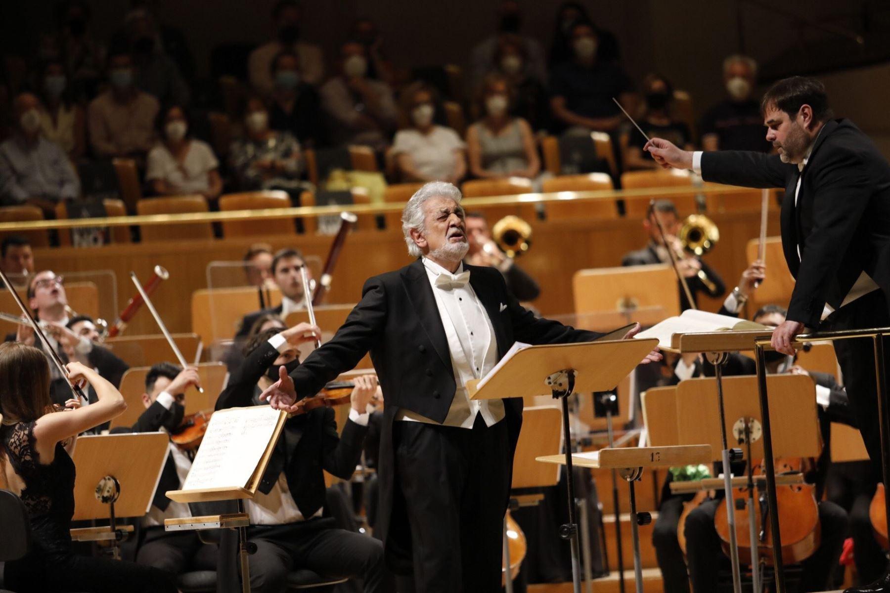 Con aplausos, vítores y parte de los asistentes en pie ha recibido el público de Madrid al tenor Plácido Domingo (c), visiblemente emocionado, en el concierto ofrecido este miércoles en el Auditorio Nacional, que ha supuesto su reaparición tras dos años alejado de los escenarios españoles. Foto: EFE