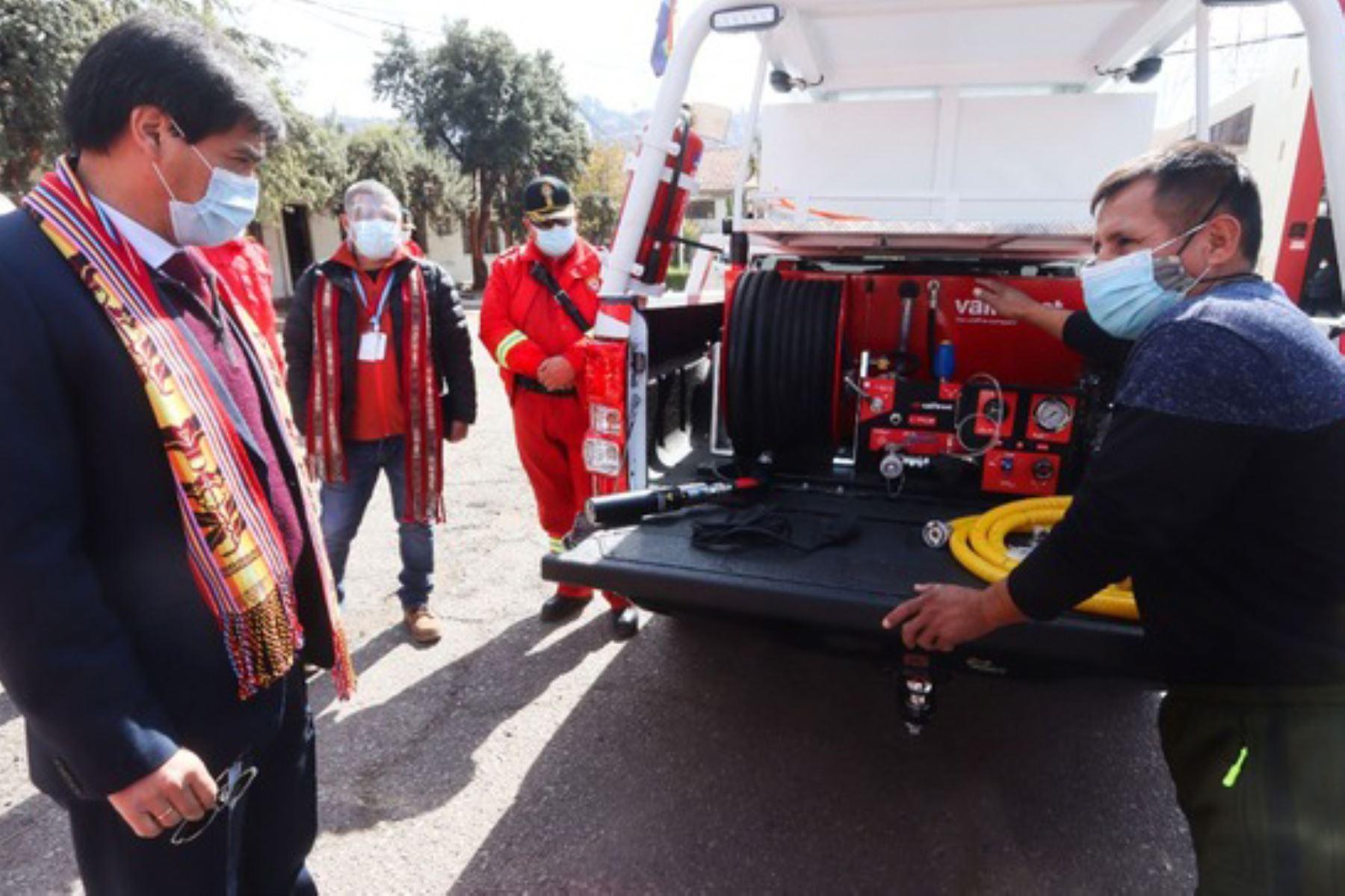 El gobernador regional del Cusco, Jean Paul Benavente, reconoció el compromiso de las entidades a favor de fortalecer la labor de los bomberos. Foto: ANDINA/Gore Cusco