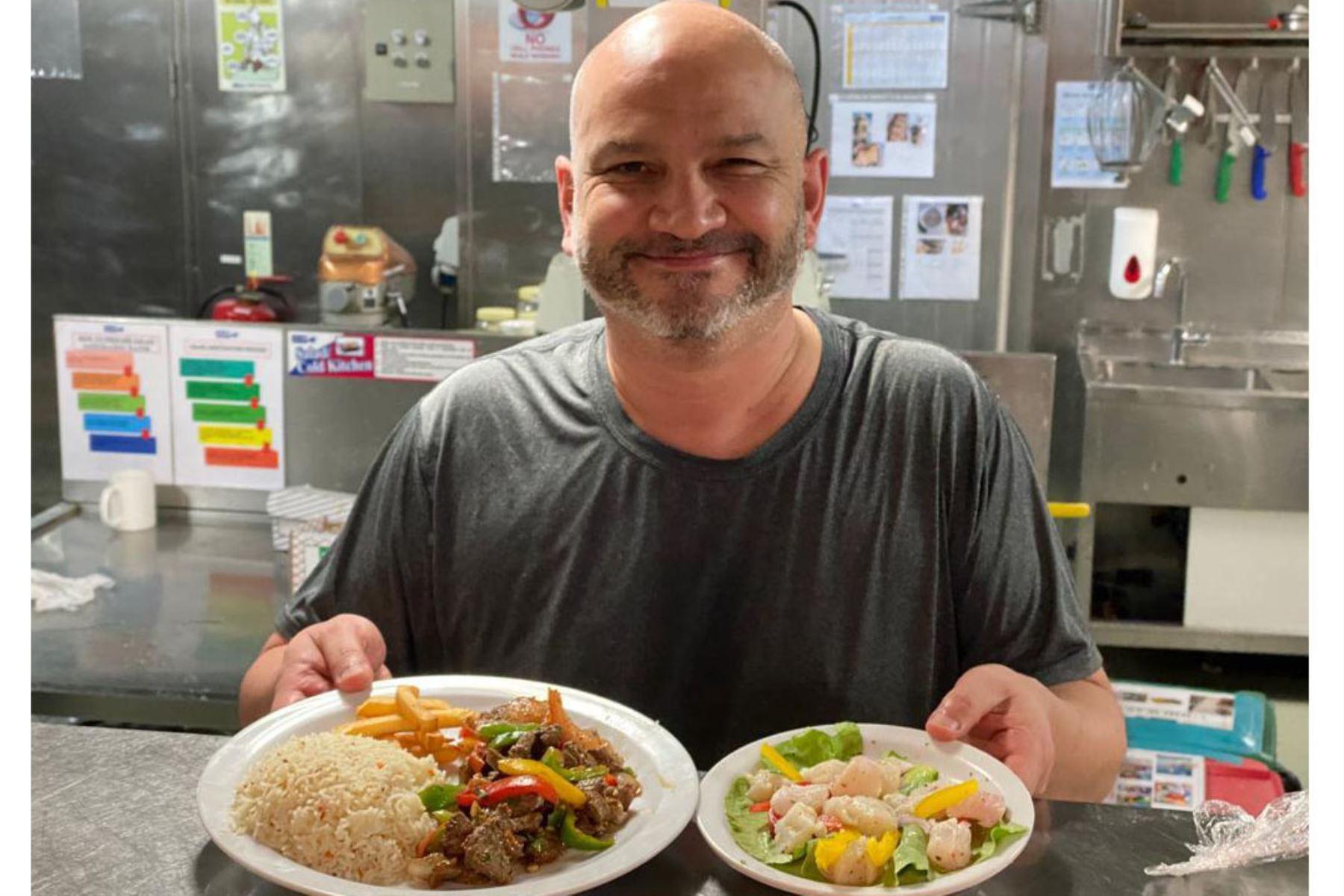 """Ingeniero Jorge Pinedo y su emprendimiento de comida típica peruana """"Las Tres Señitos"""". Foto: Cortesía"""