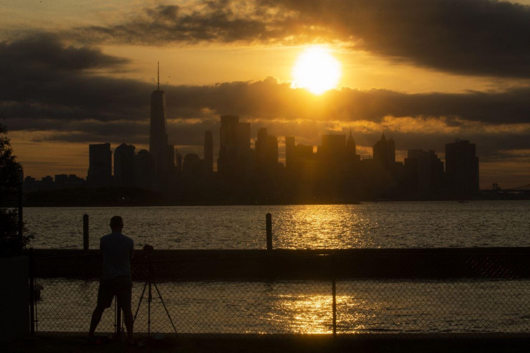 El horizonte de Nueva York se ve cuando la Luna cubre parcialmente el sol durante un eclipse solar parcial el 10 de junio de 2021 visto desde Jersey City, Nueva Jersey. Foto: AFP