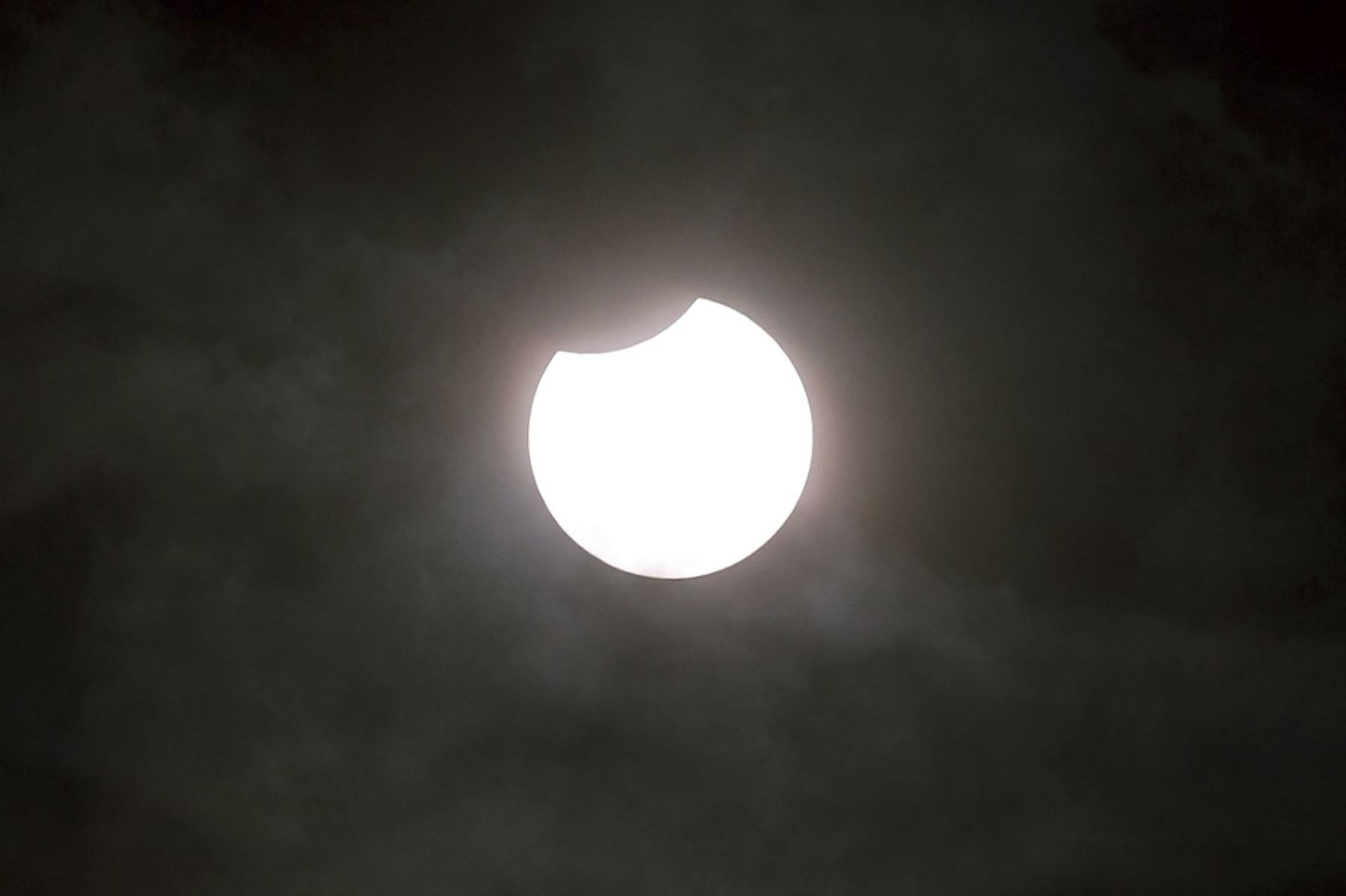 Una fotografía tomada el 10 de junio de 2021 muestra un eclipse solar parcial, representado en Gaiberg cerca de Heidelberg, suroeste de Alemania, el 10 de junio de 2021. Foto: AFP