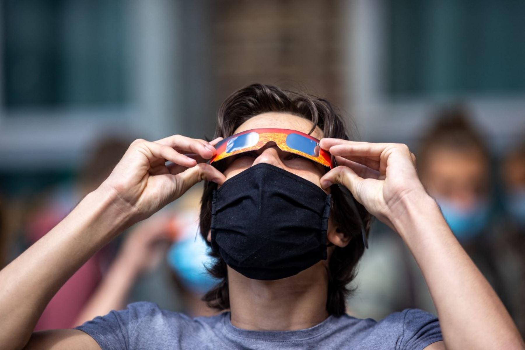 Los estudiantes de la Escuela Broeders observan un eclipse solar parcial, en Roeselare, el 10 de junio de 2021. Foto: AFP