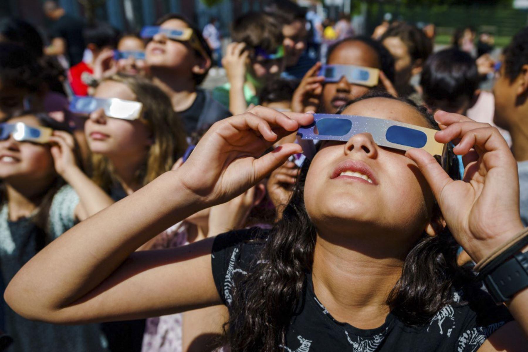 Los alumnos, con gafas protectoras, observan el eclipse solar parcial en Schiedam el 10 de junio de 2021. Foto: AFP