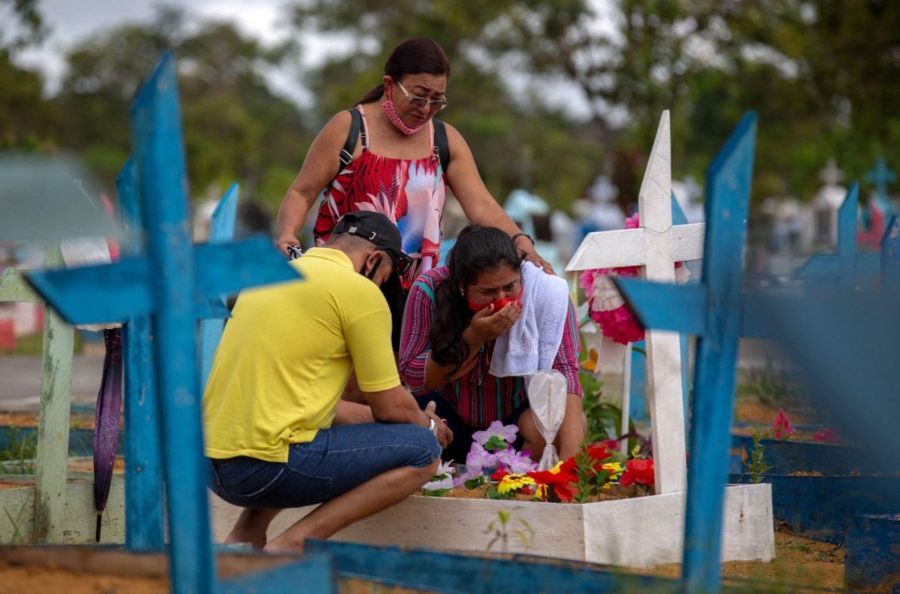 Personas visitan el cementerio de Nossa Senhora, en Manaus, estado de Amazonas, Brasil, en medio de la pandemia del nuevo coronavirus covid-19. Foto: AFP