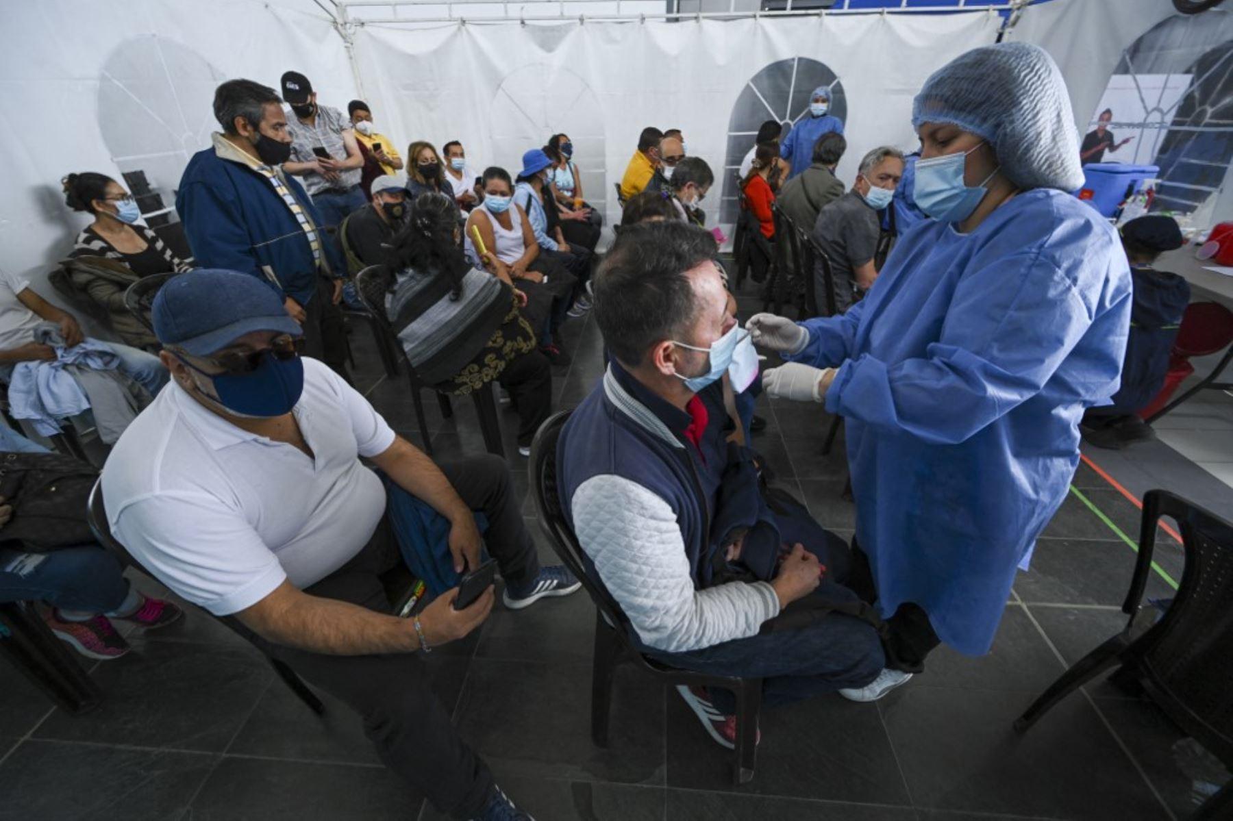 Un hombre recibe una dosis del coronavirus Pfizer-BioNTech covid-19 en un centro comercial en el que se vacuna a personas mayores de 50 años en medio de la pandemia del nuevo coronavirus, en Bogotá. Foto: AFP