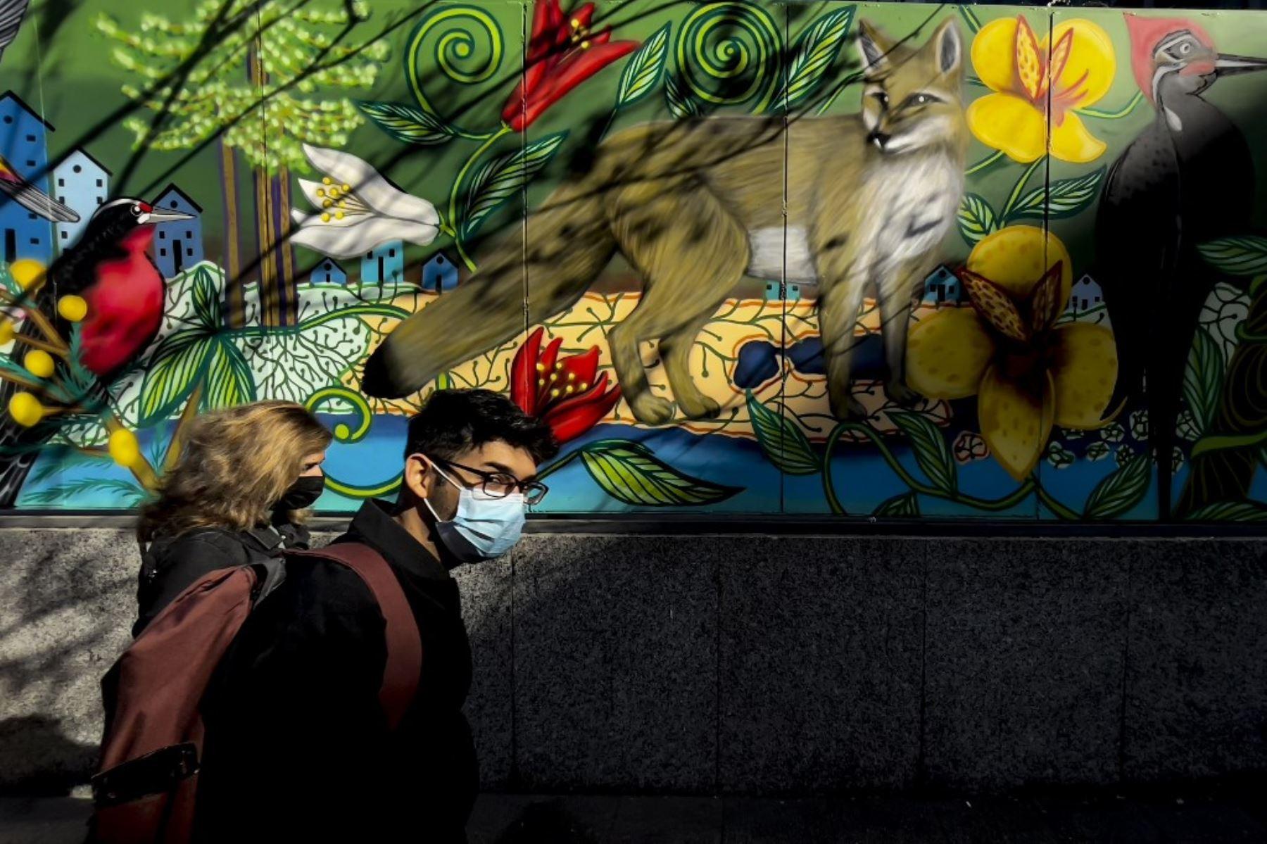 La gente camina en el centro de Santiago mientras continúa el brote de la enfermedad por coronavirus. Foto: AFP