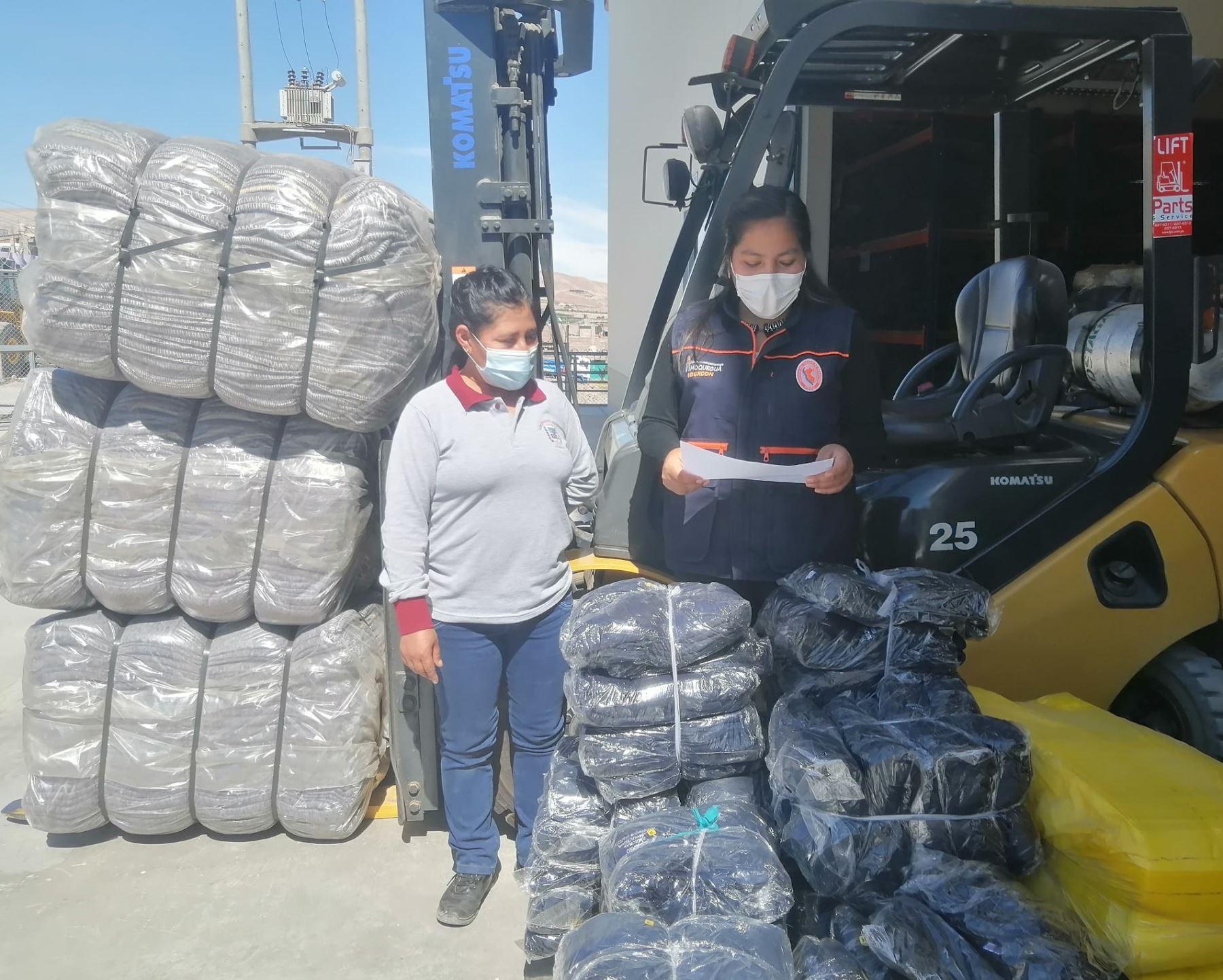 Autoridades de Defensa Civil de Moquegua entregaron ayuda humanitaria a los damnificados por incendio urbano registrado en poblado Pampa Inalámbrica.