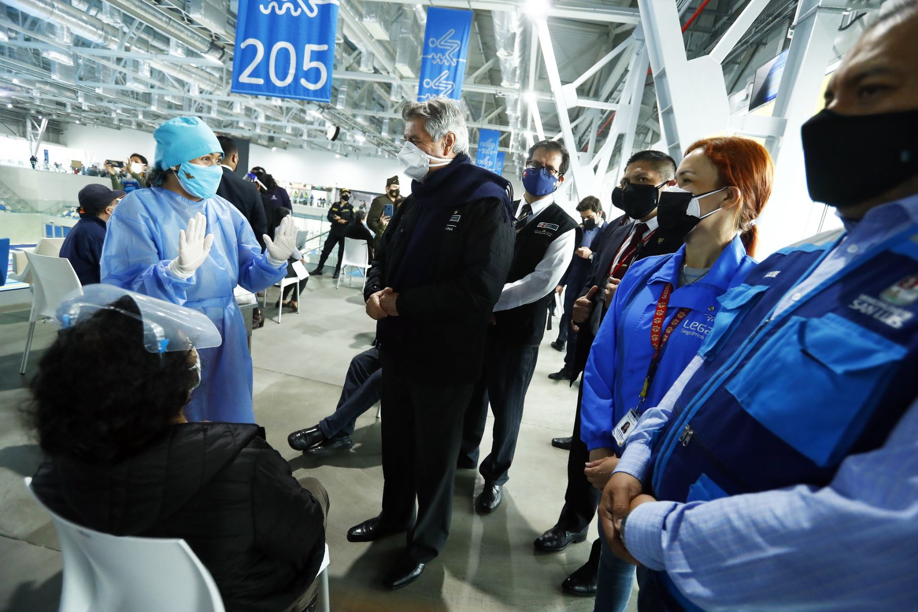 El Presidente de la República, Francisco Sagasti, supervisa el proceso de vacunación contra el covid-19 que se desarrolla en la Villa Deportiva Nacional (Videna), en el distrito de San Luis. Foto: ANDINA/Prensa Presidencia